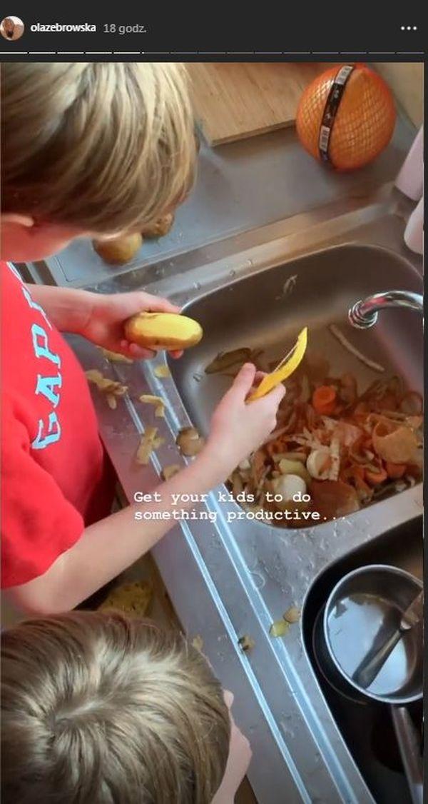 Synowie Oli i Michała Żebrowskich pomagają w kuchni - obierają ziemniaki