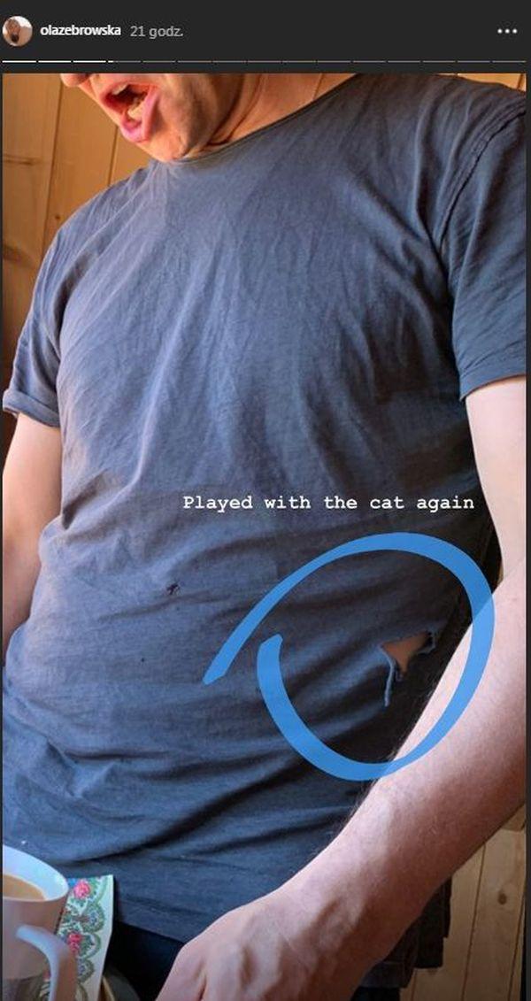 Żona Michała Żebrowskiego wyjaśnia, że dziura w koszulce męża została zrobiona przez kota