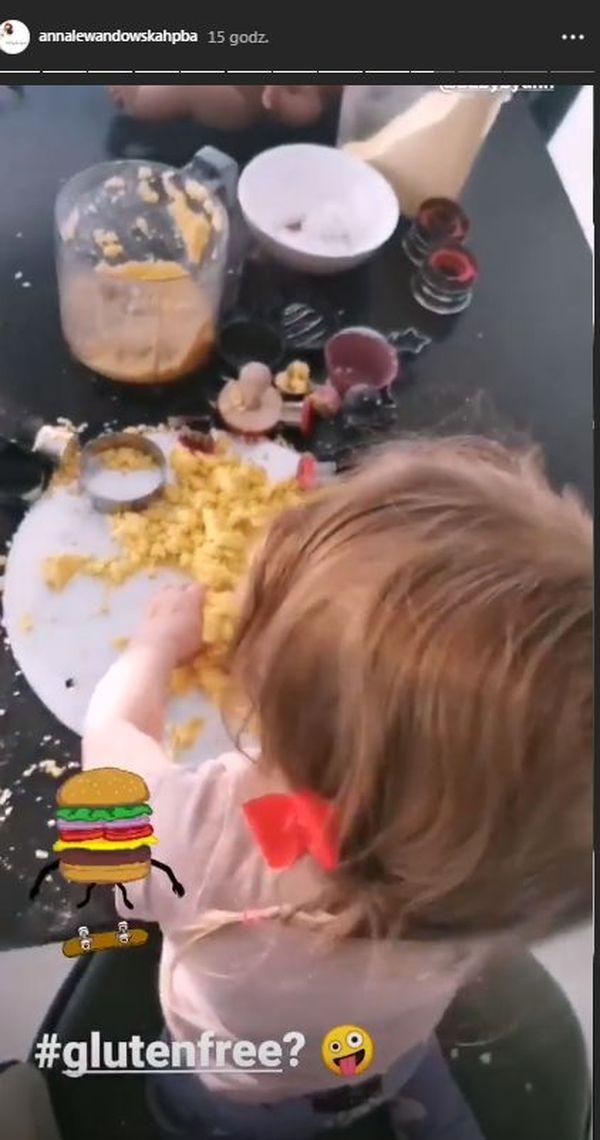 Klara Lewandowska robi z mamą hamburgery z ciastoliny