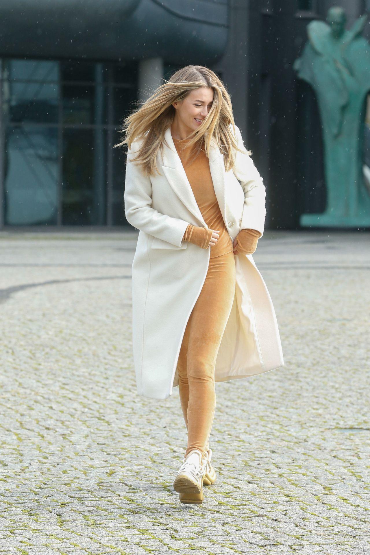 Marcelina Zawadzka w białym płaszczu