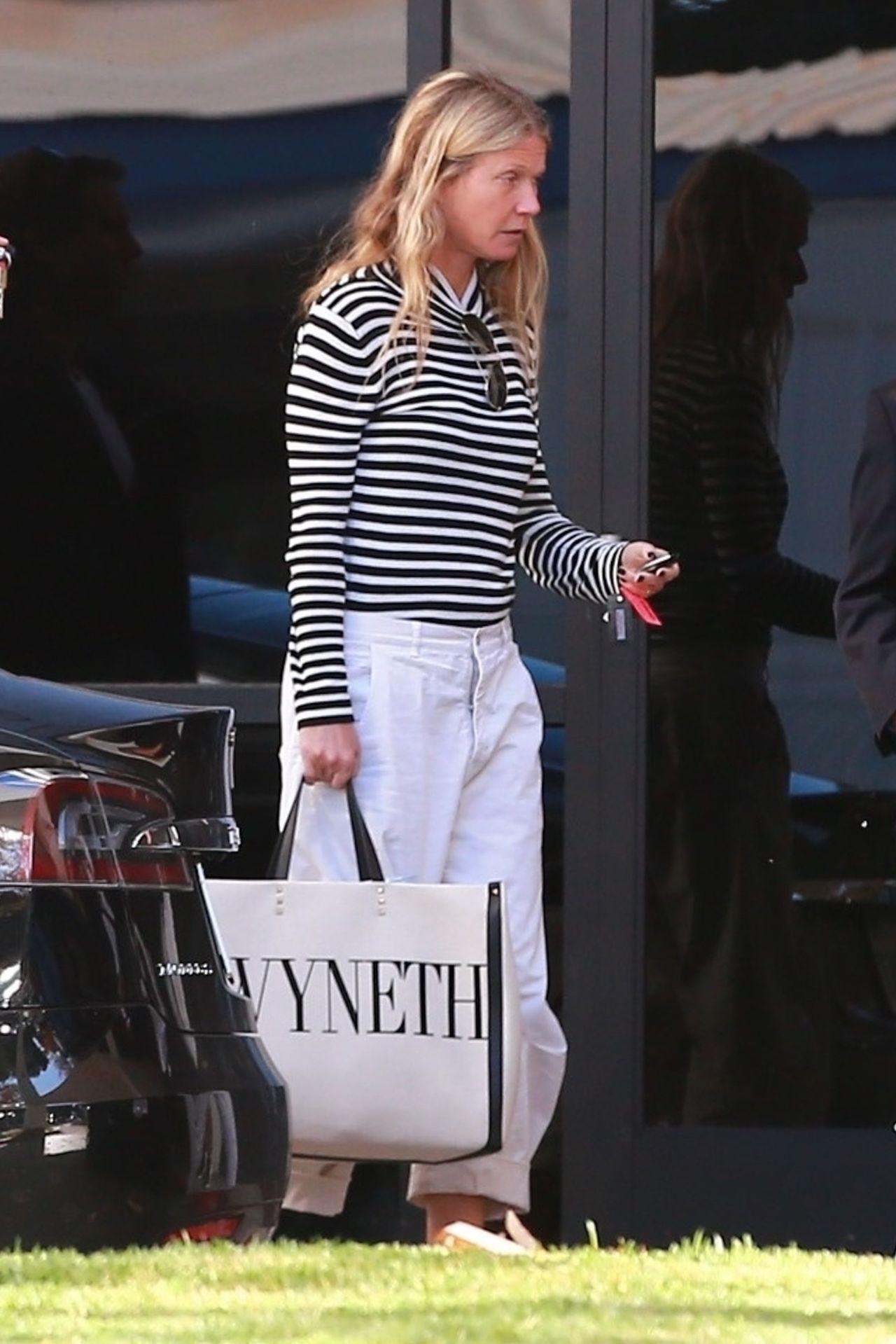 Zmęczona Gwyneth Paltrow wychodzi ze sklepu.