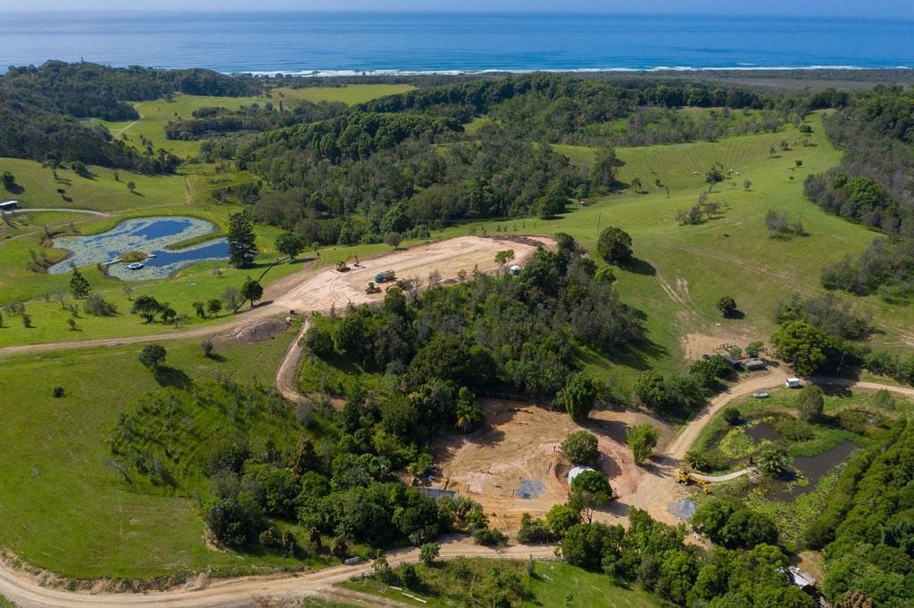 Liam Hemsworth buduje dom w pięknym otoczeniu przyrody.