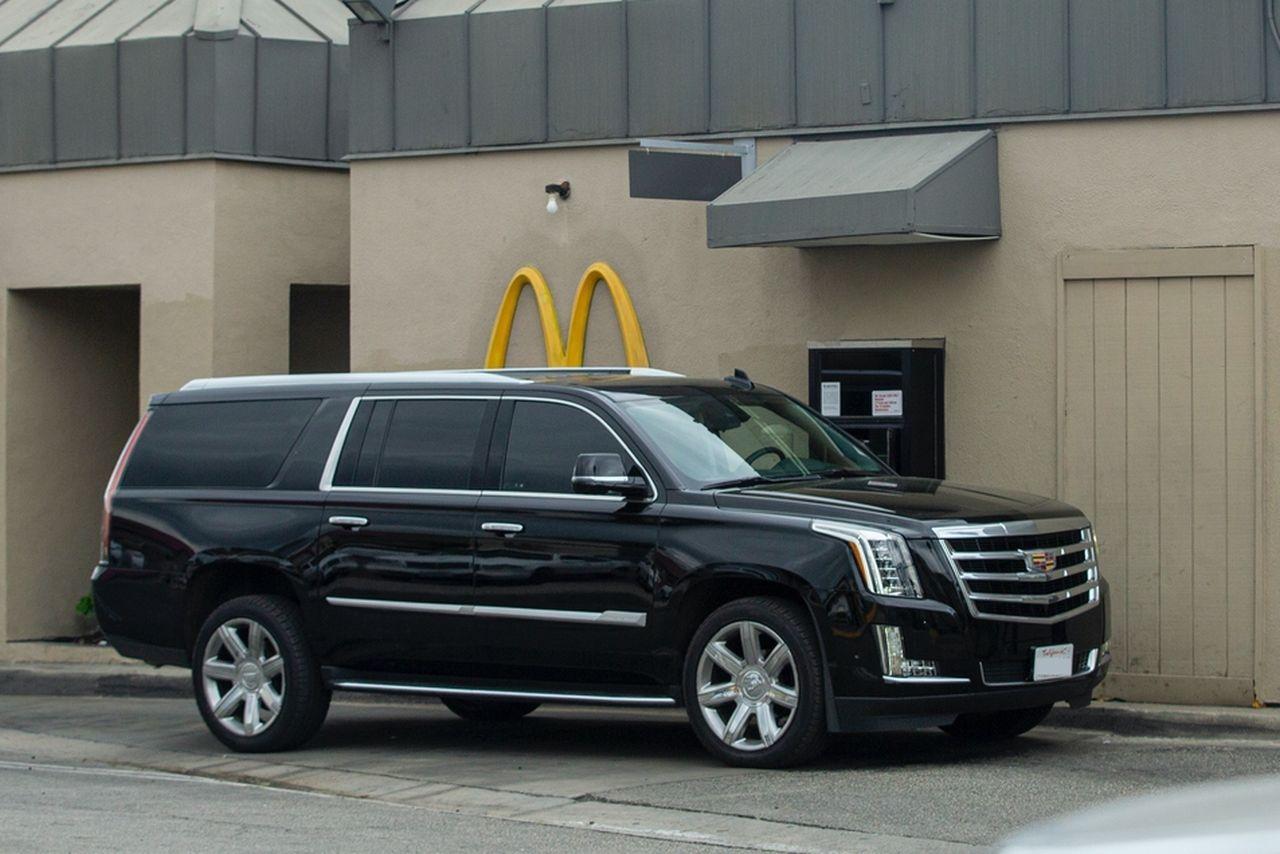 Samochód Angeliny Jolie pod McDonald's