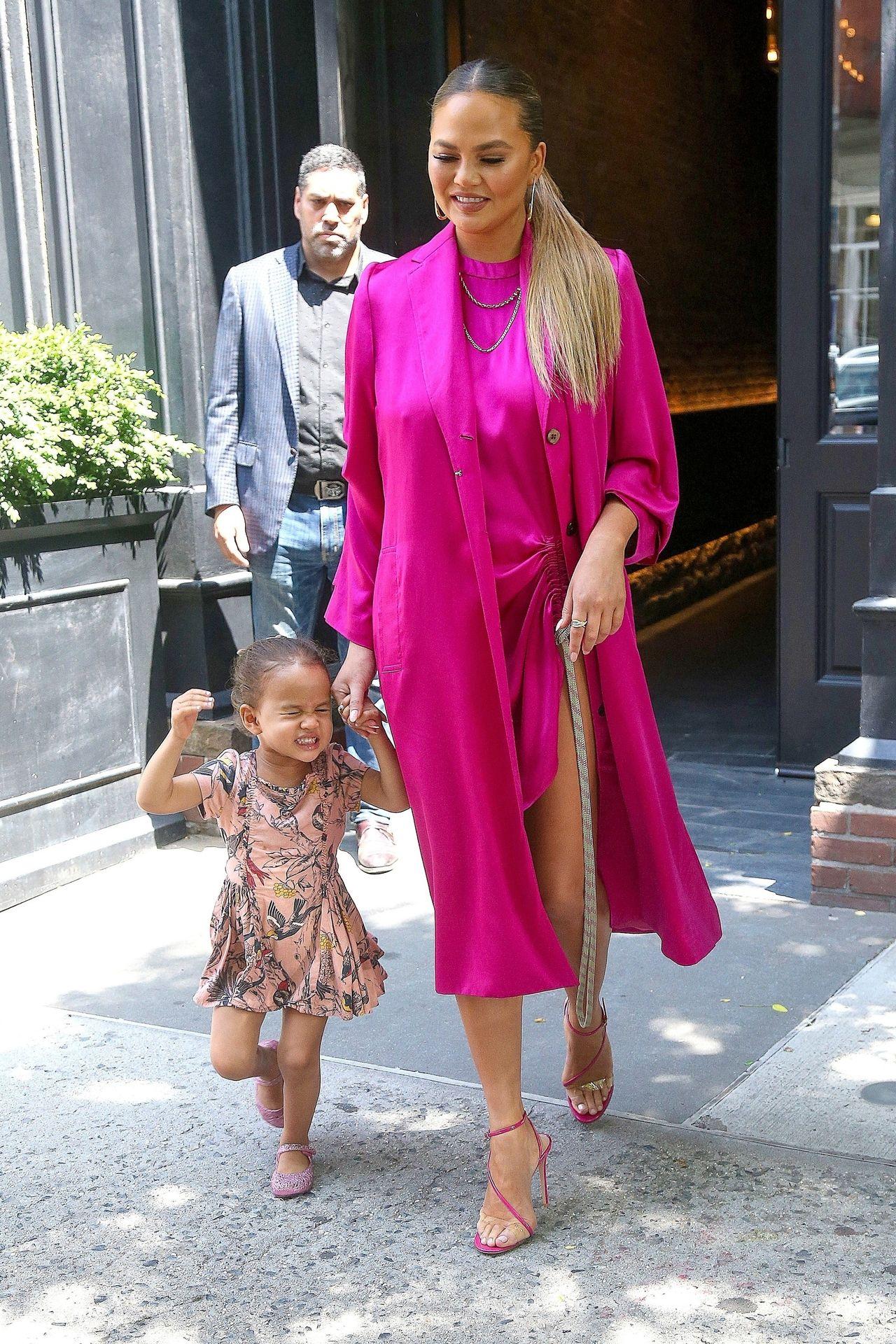 Elegancka Chrissy Teigen z córką wychodzi z hotelu w Nowym Jorku.