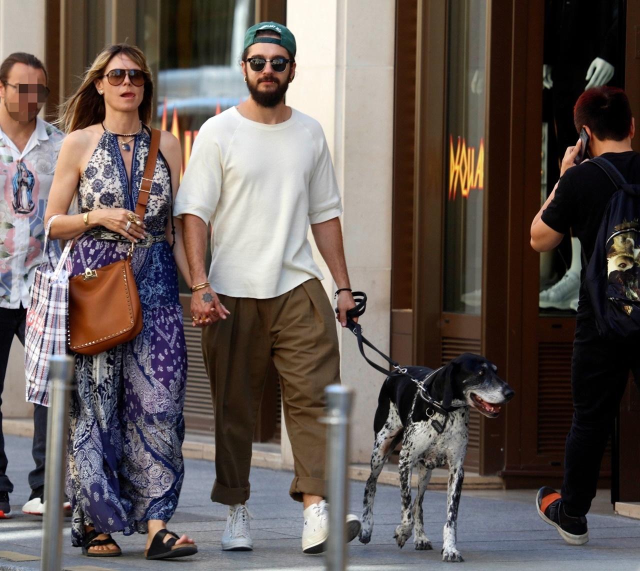 Heidi Klum, Tom Kaulitz wyprowadzają psa w Paryżu.