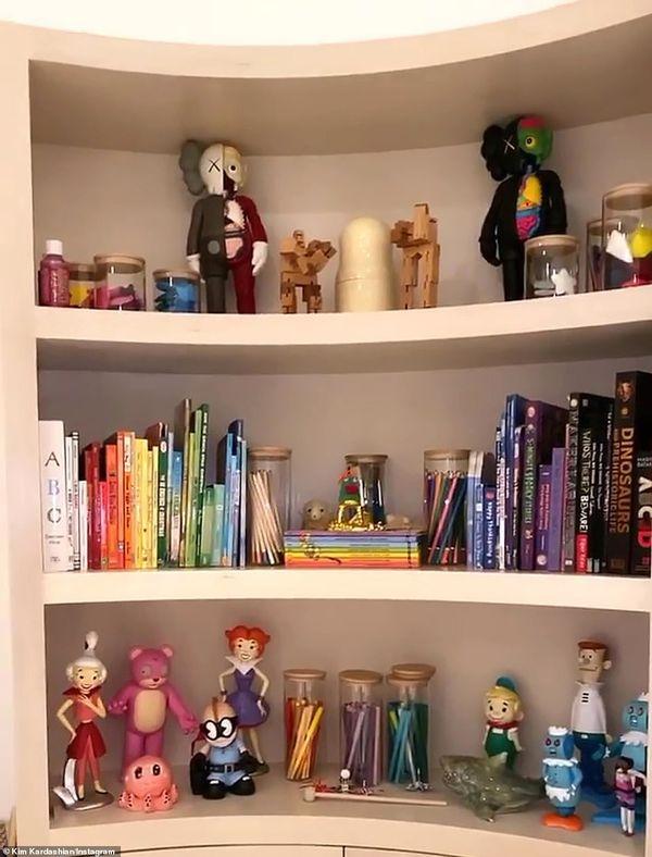 Książeczki i figurki w pokoju zabaw dzieci Kim