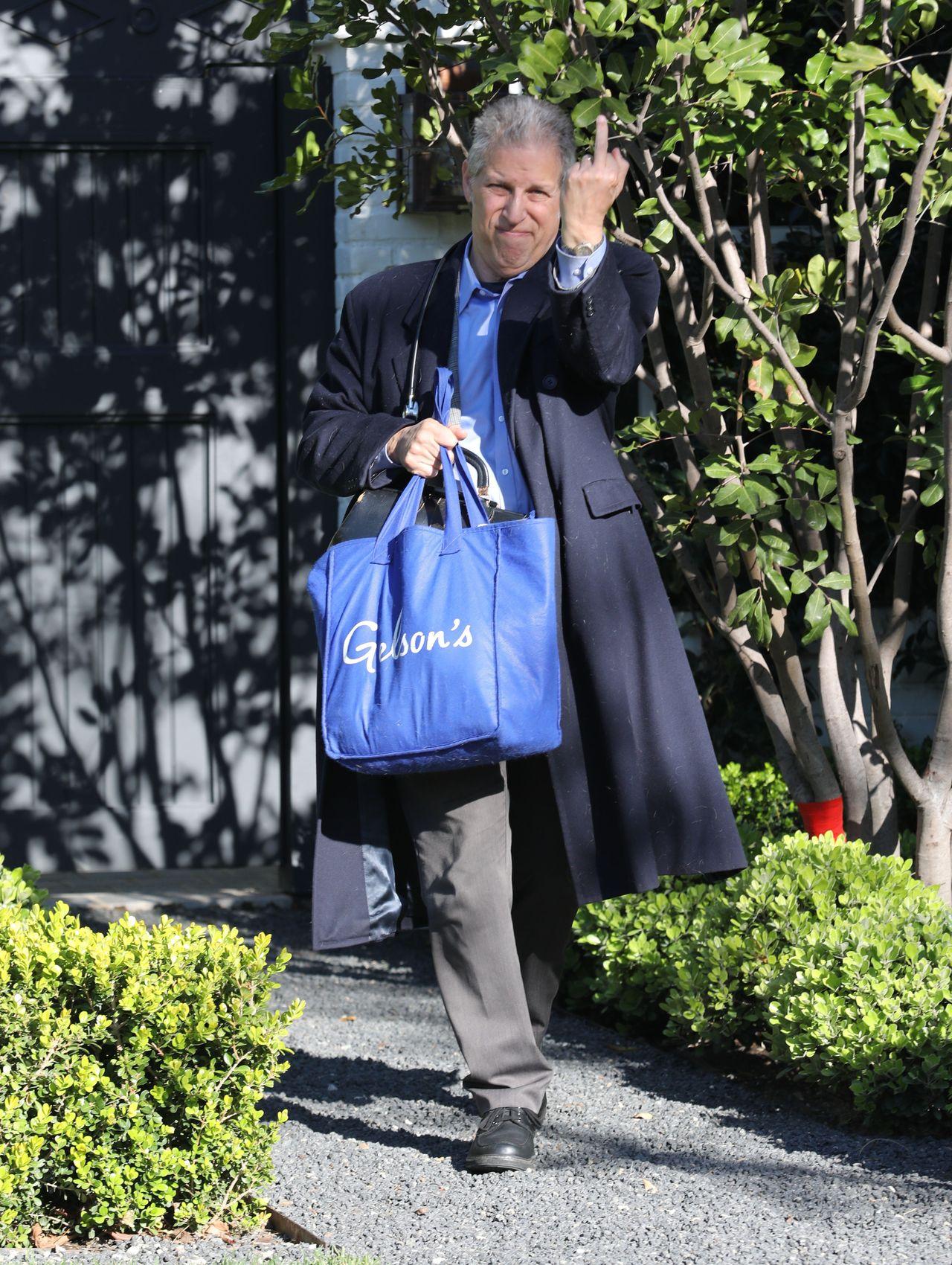 Lekarz przed domem Bena Afflecka pokazuje środkowy palec paparazzo
