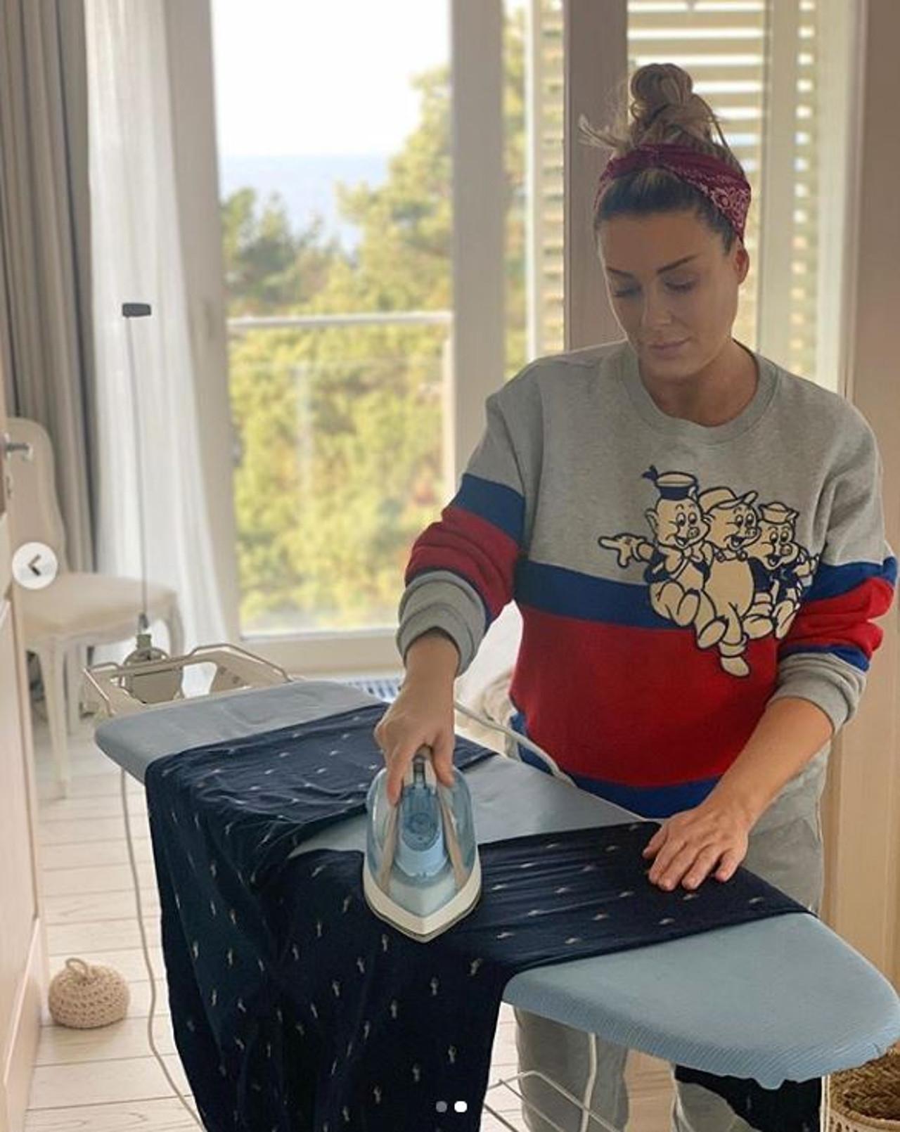 Małgorzata Rozenek podczas kwarantanny prasuje ubrania.