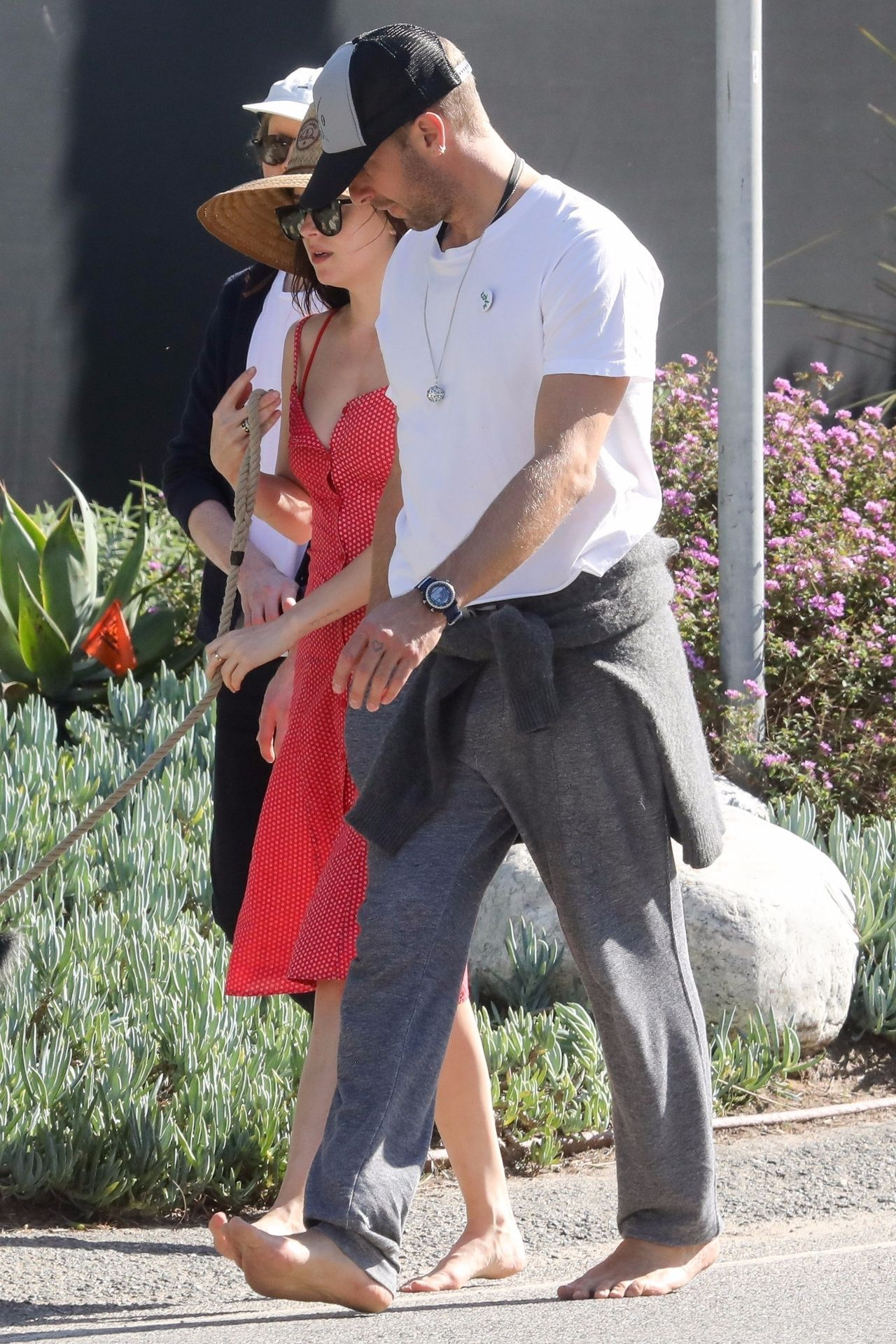 Dakota Johnson i Chris Marin boso na spacerze.