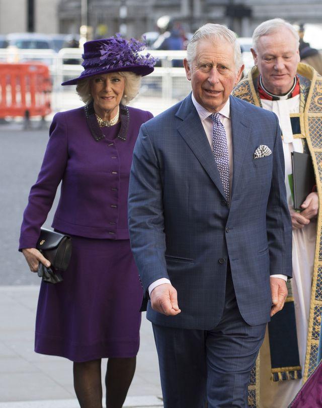 książę Karol. księżna Camilla w eleganckich strojach