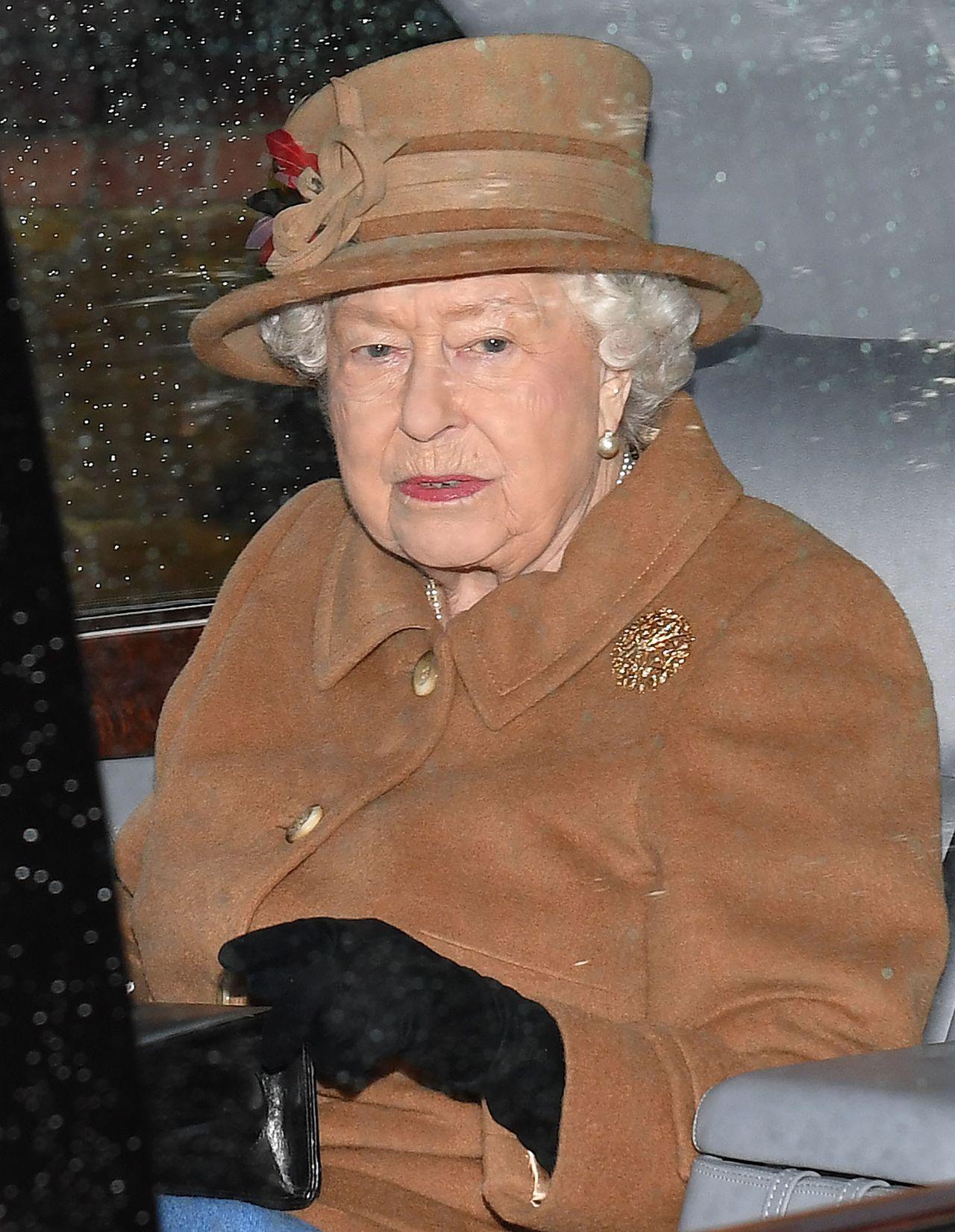 Królowa Elżbieta w brązowym płaszczu