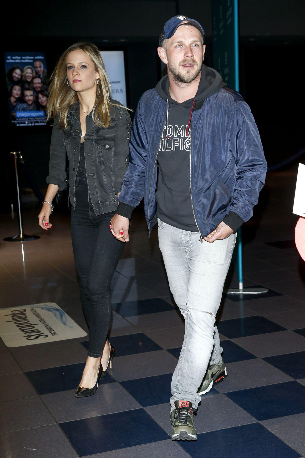 Antek Królikowski ze swoją dziewczyną wychodzi z kina za rękę.