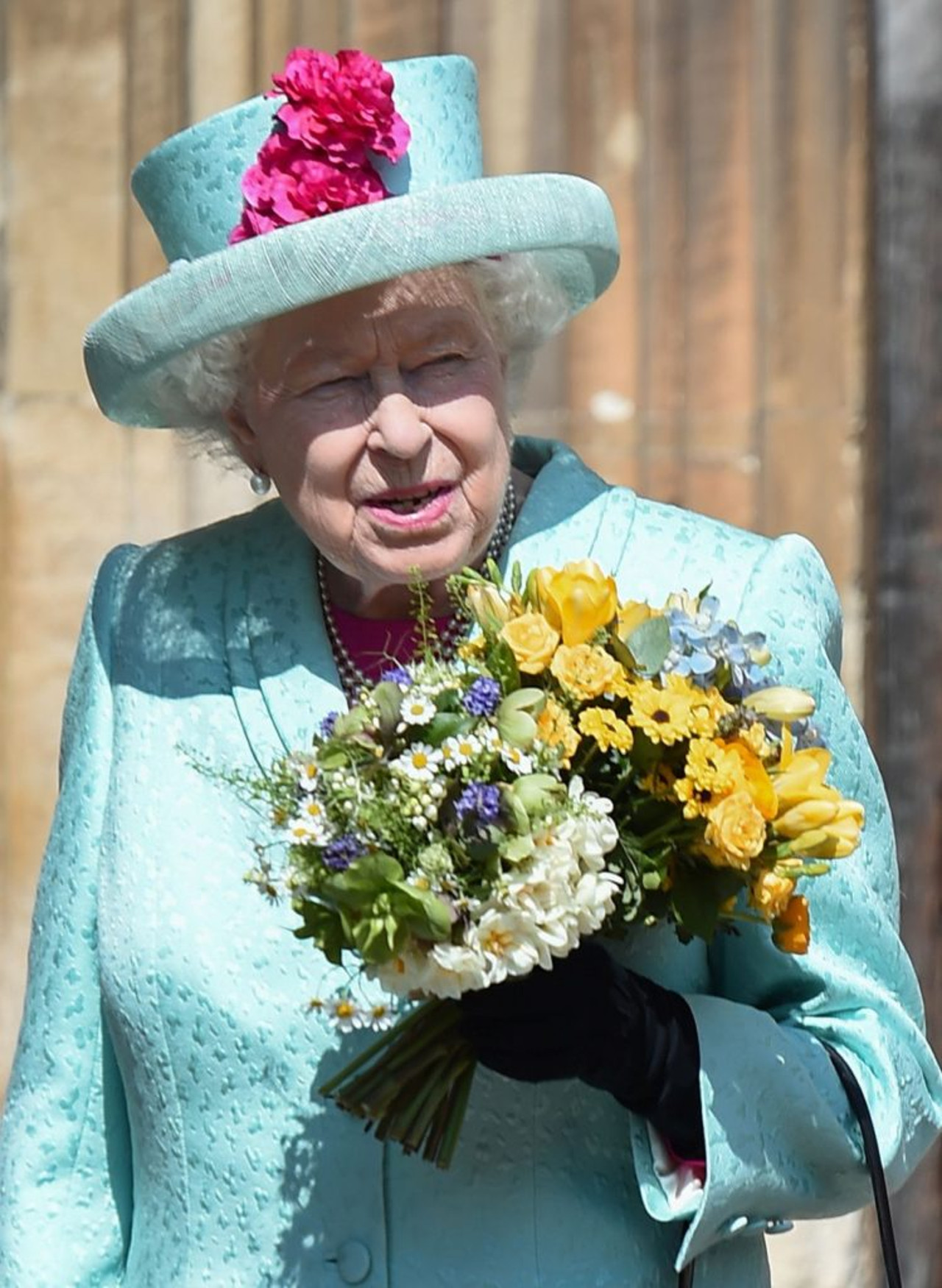 Królowa Elżbieta z bukietem kwiatów