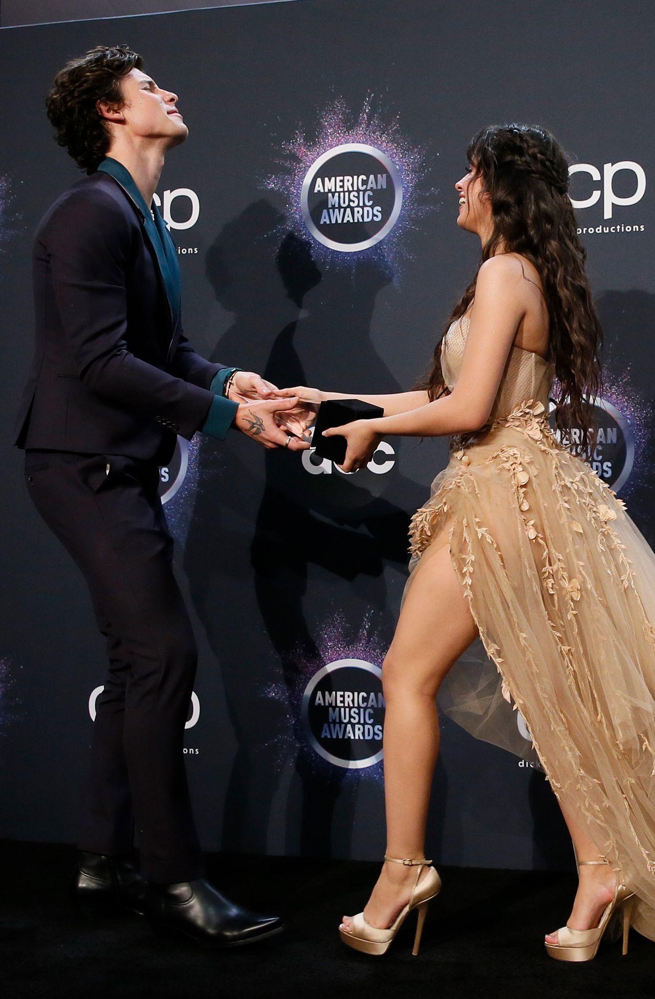 Camila Cabello i Shawn Mendes pozują ze wspólną nagrodą na American Music Awards.