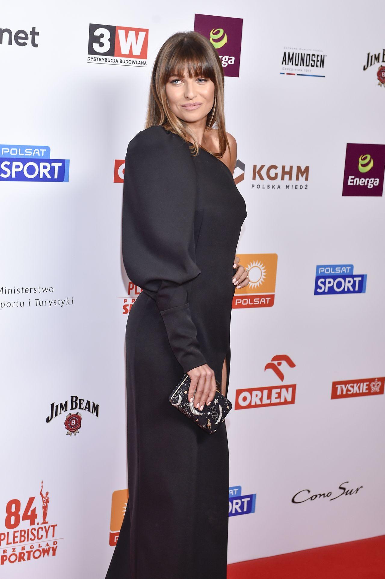 Anna Lewandowska w długiej czarnej sukience.