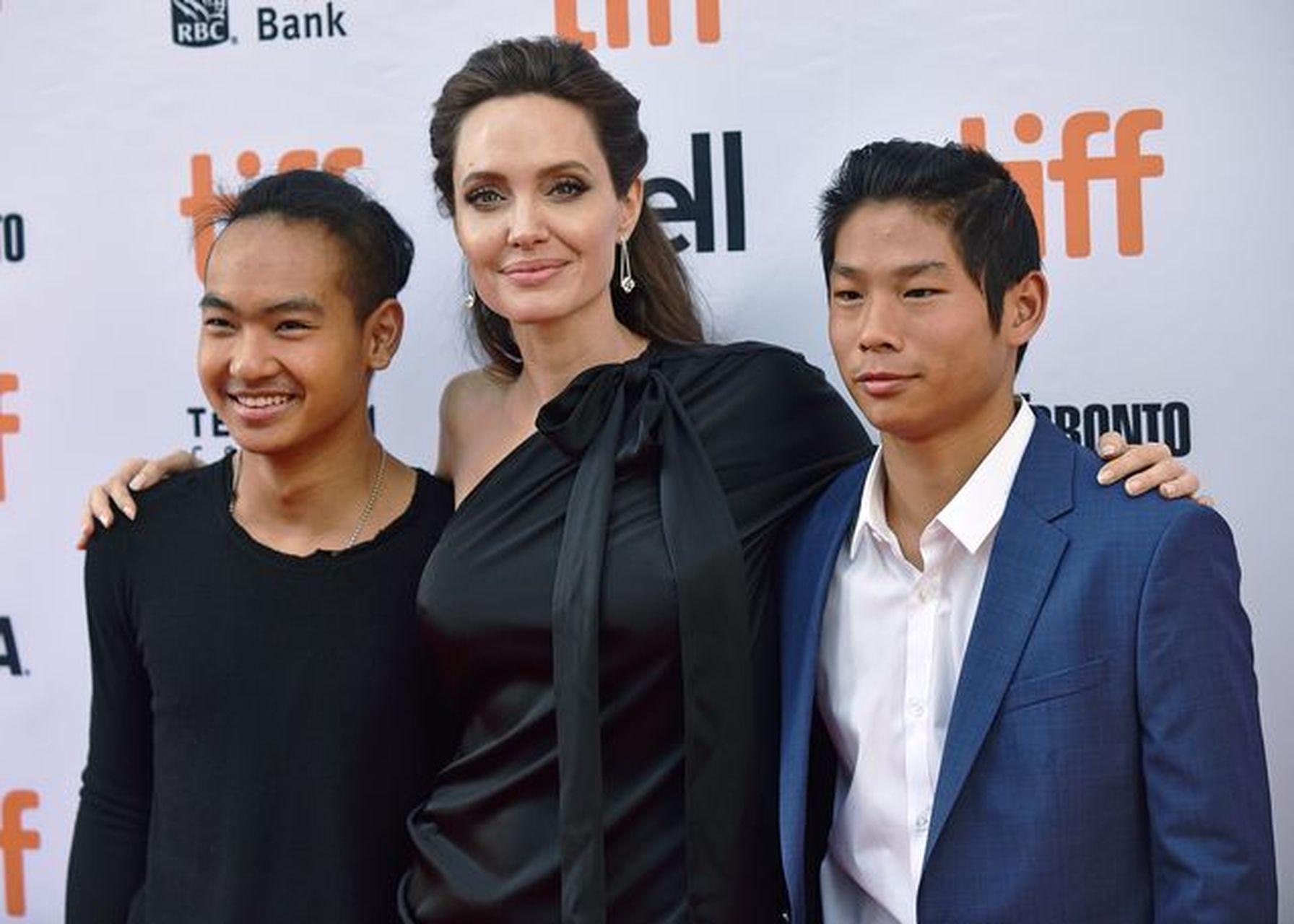 Angelina Jolie z dwójką synów pozuje na ściance.