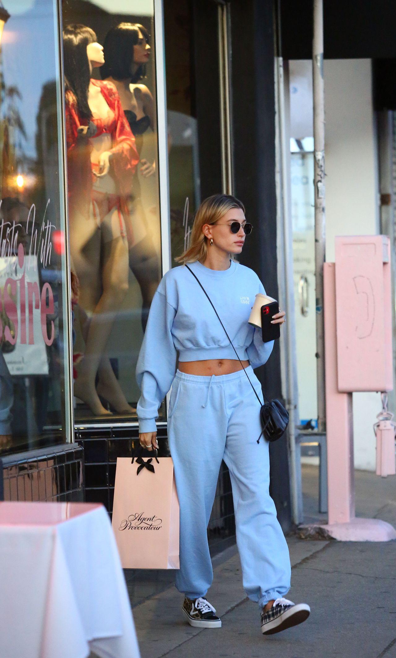 Hailey Bieber wychodzi ze sklepu z ekskluzywną bielizną.