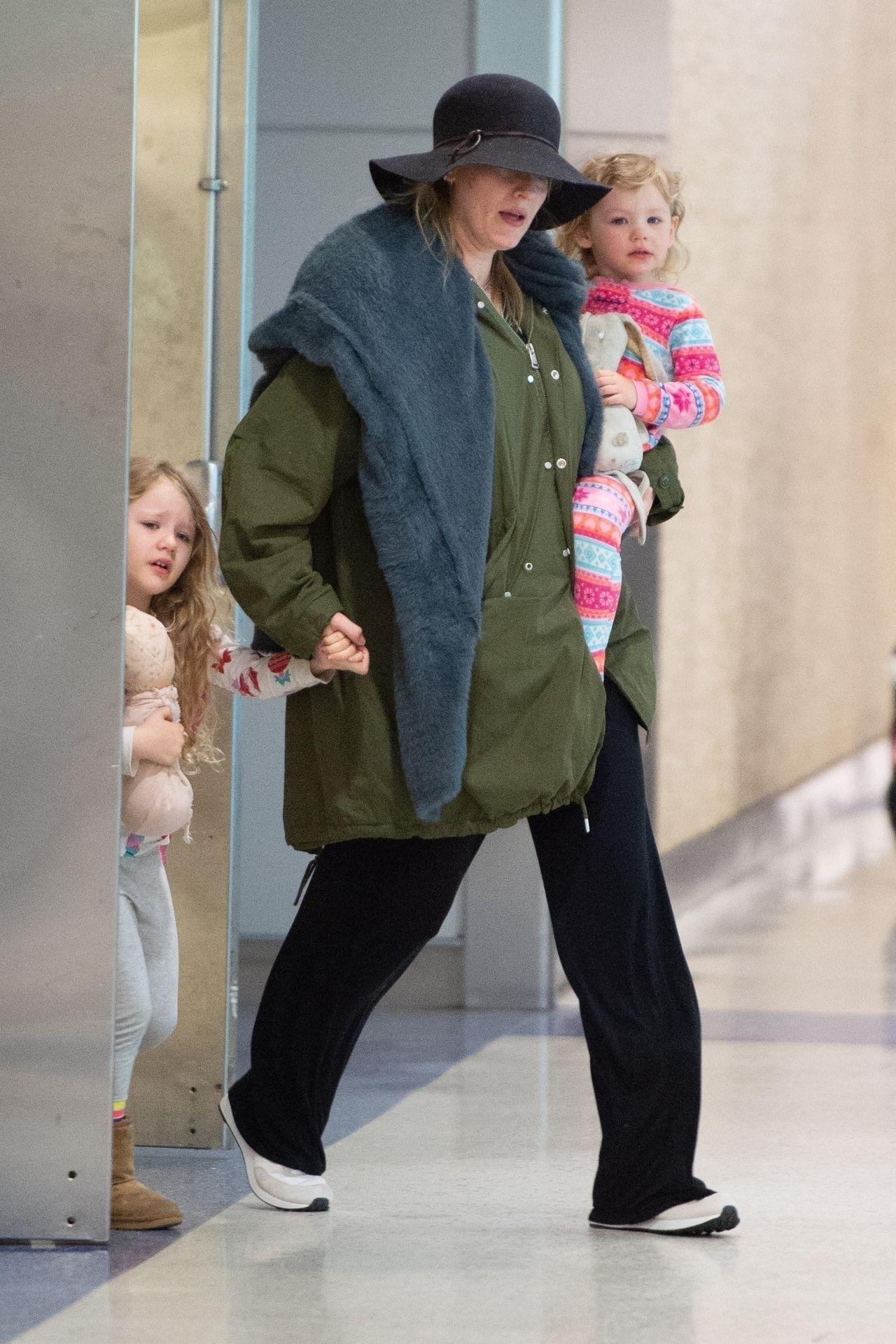 Blake Lively z córkami na lotnisku. Dziewczynki wyglądają na nie w sosie.