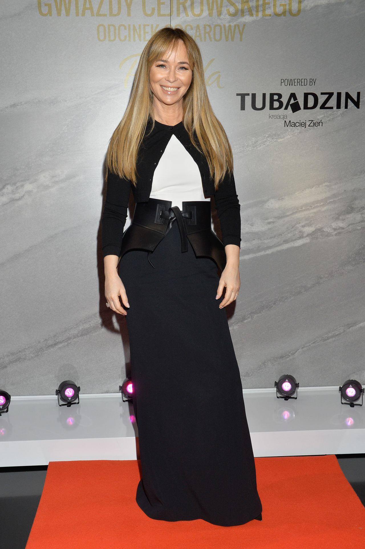 Szczęśliwa Joanna Przetakiewicz w eleganckiej spódnicy.