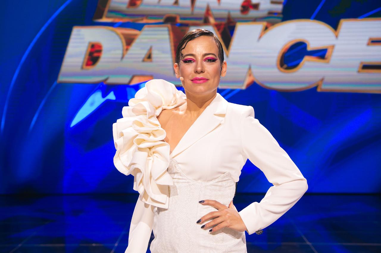 """Anna Mucha w białej mini sukience w najnowszym odcinku """"Dance Dance Dance""""."""