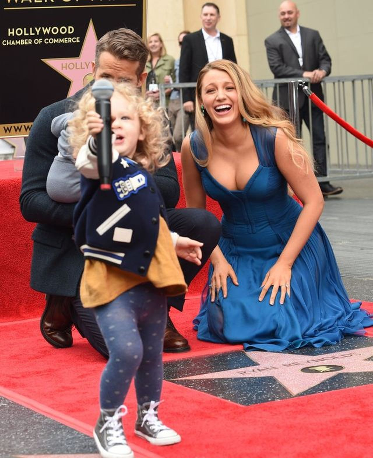Blake Lively i Ryan Reynolds z córkami/