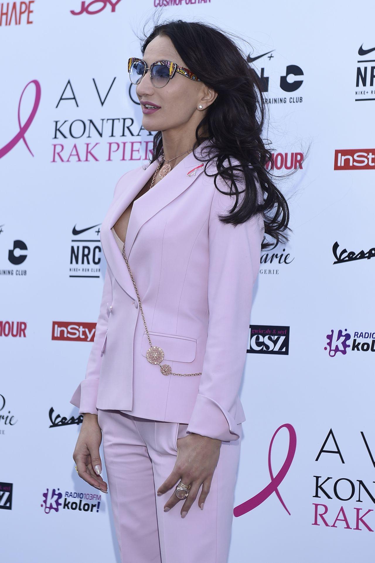 Justyna Steczkowska w pudrowo różowym garniturze.