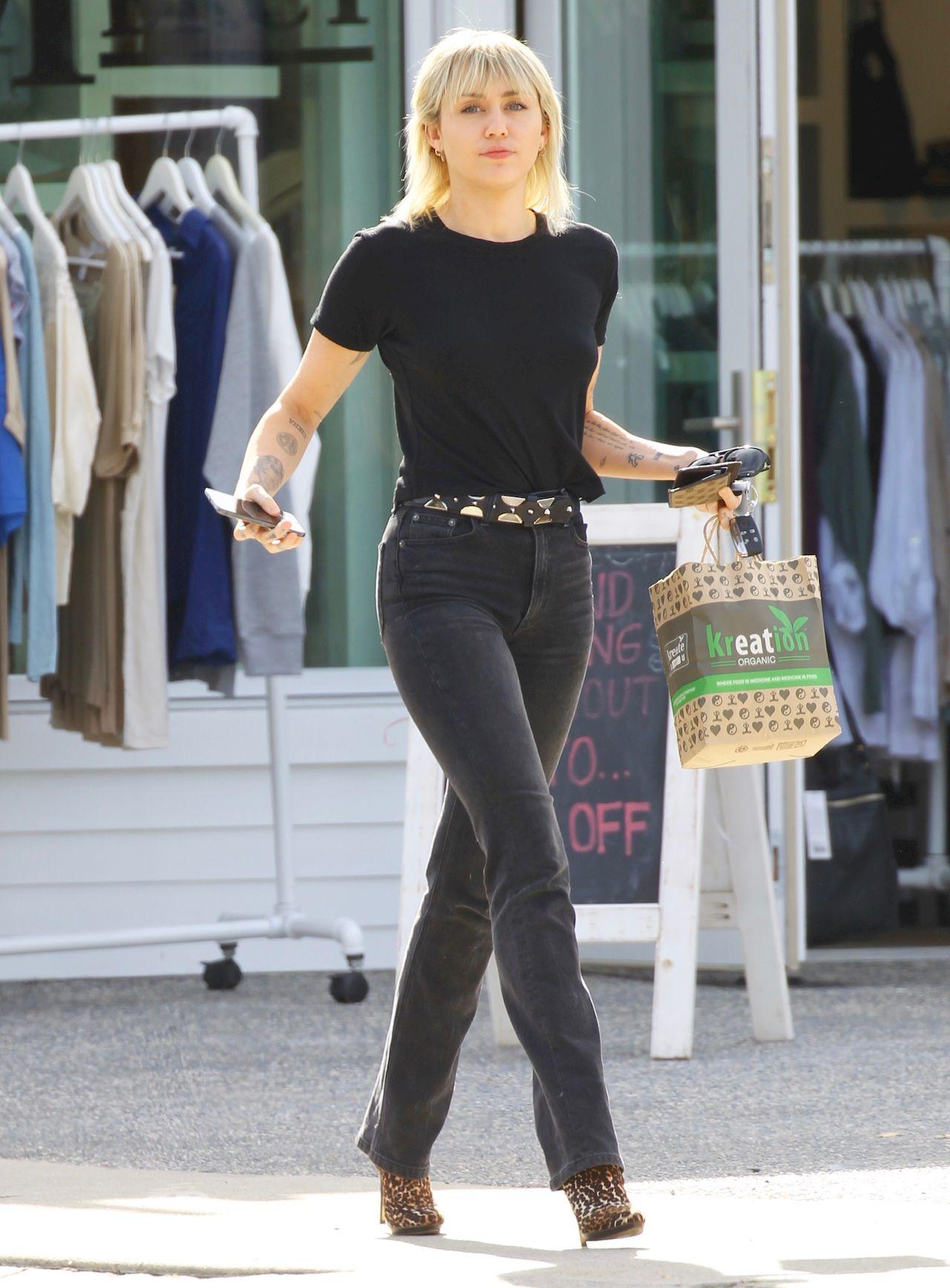 Miley Cyrus w tych spodniach ma nogi jak modelka.