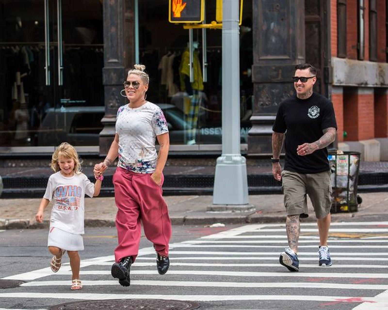 Pink z mężem i córką na spacerze po Nowym Jorku.