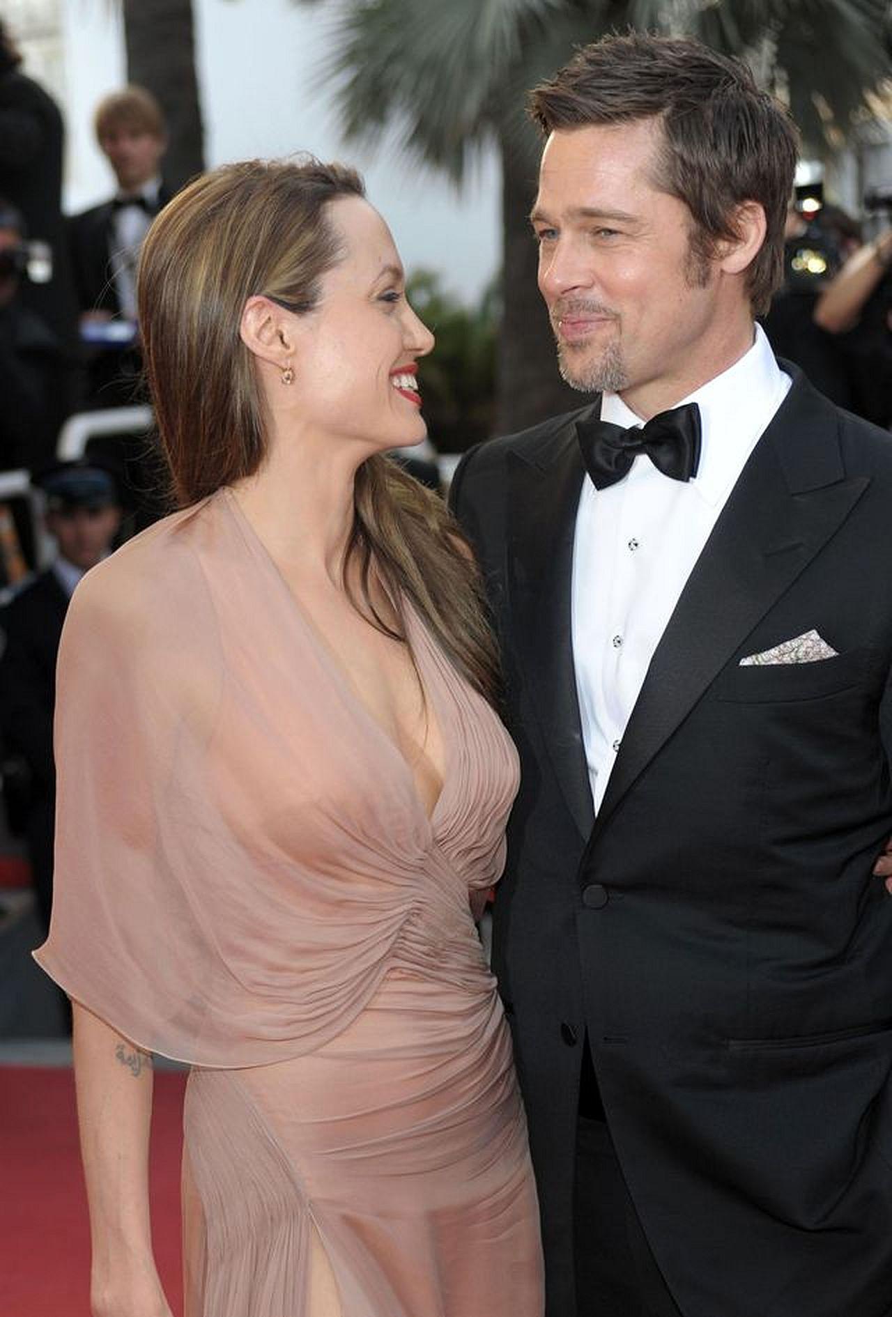 Angelina Jolie i Brad Pitt na czerwonym dywanie.