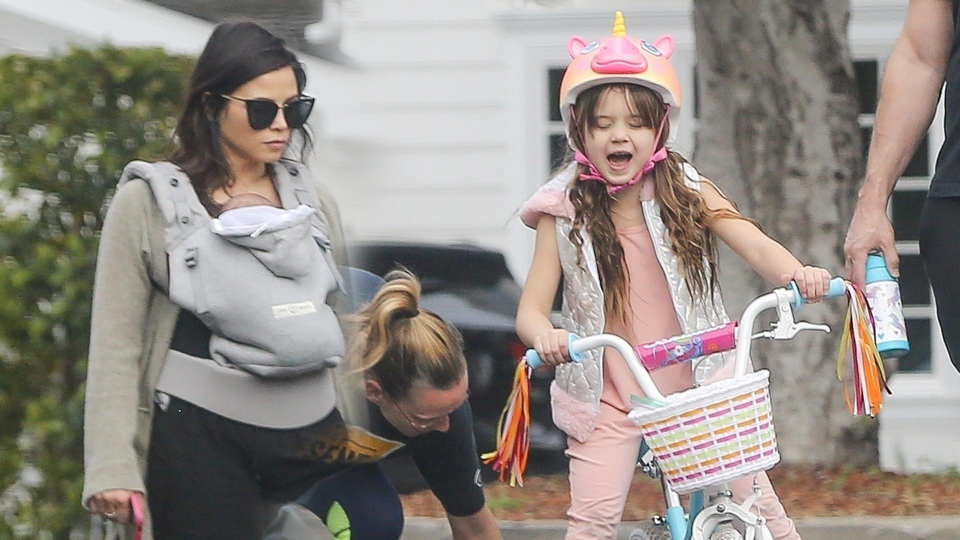 Jenna Dewan z córką i synem na spacerze