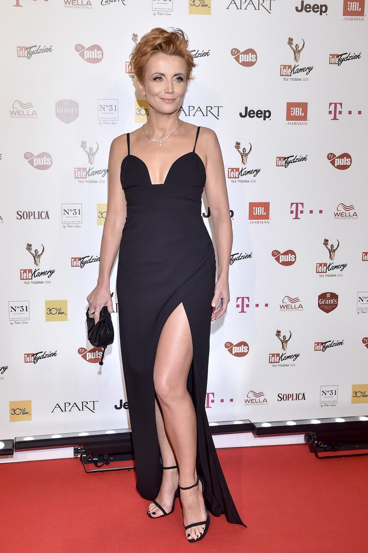 Katarzyna Zielińska w eleganckiej sukni jak Angelina Jolie na czerwonym dywanie.