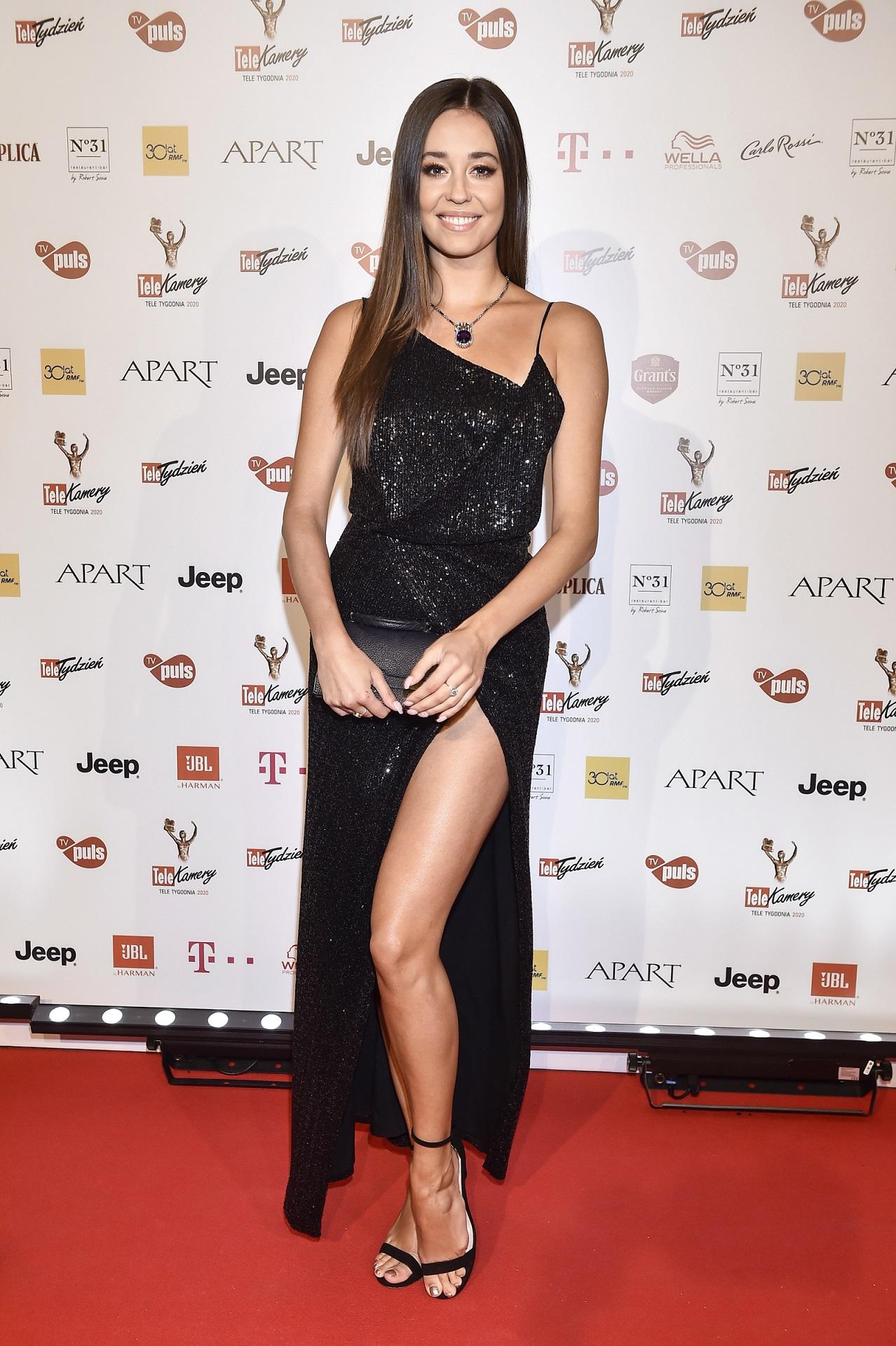 Izabella Krzan promienieje w eleganckiej, czarnej sukni.