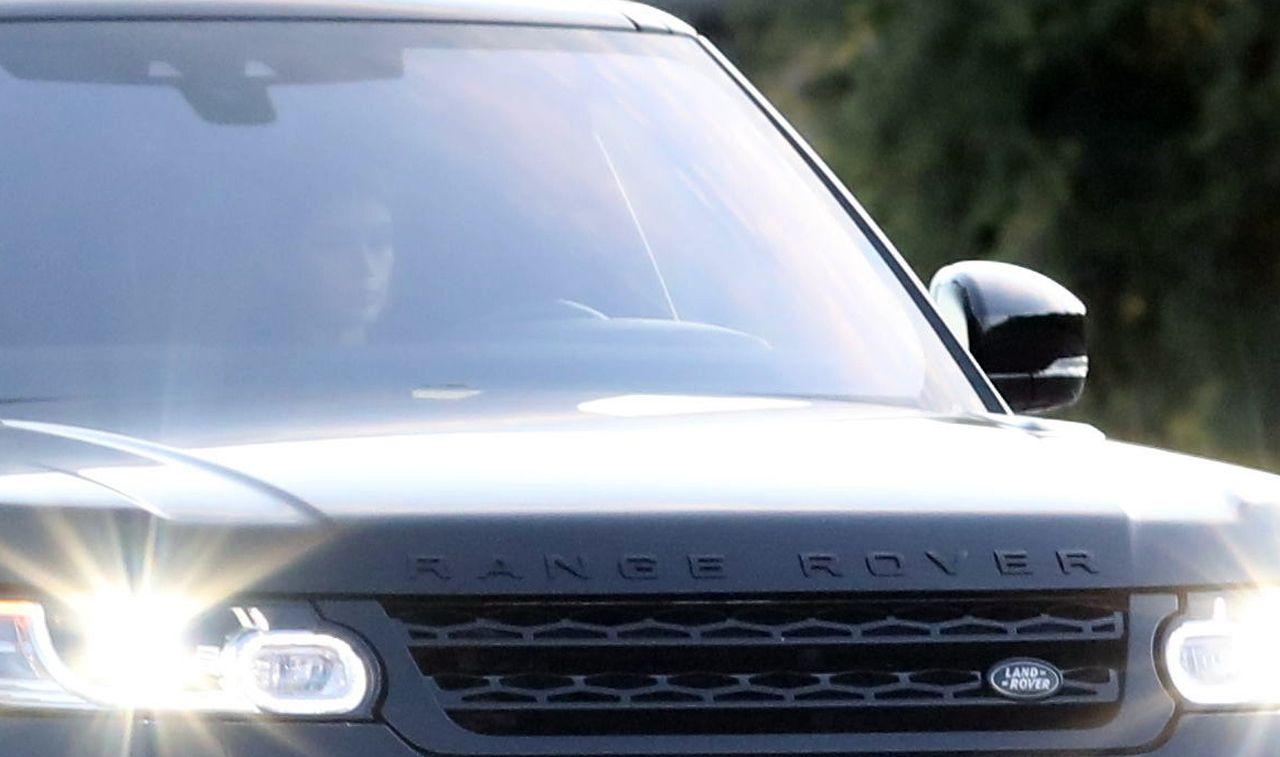 Kaia Gerber w czarnym samochodzie