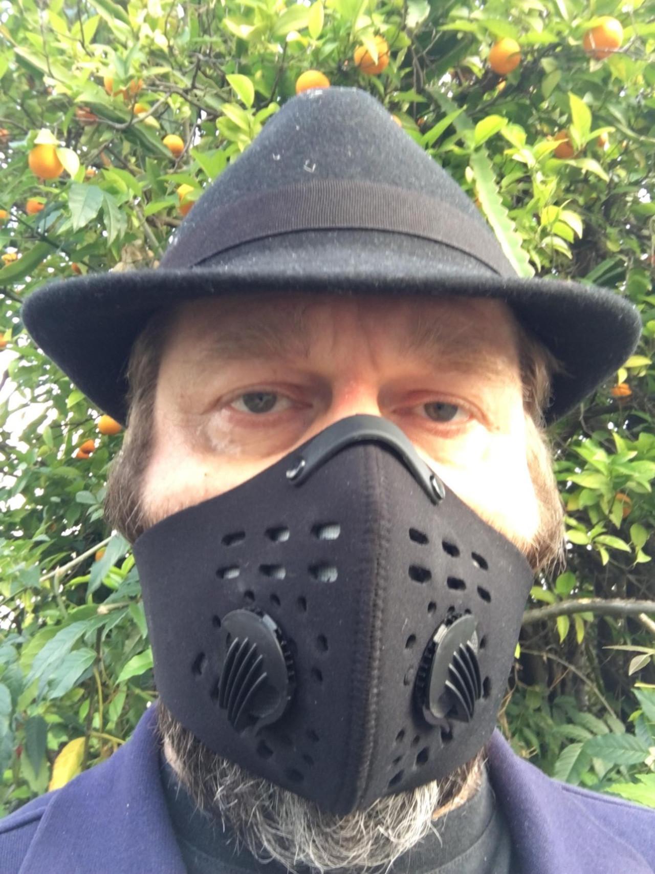 Celebryci w maseczkach do twarzy - Adi Spektor nie opuszcza domu bez maseczki.