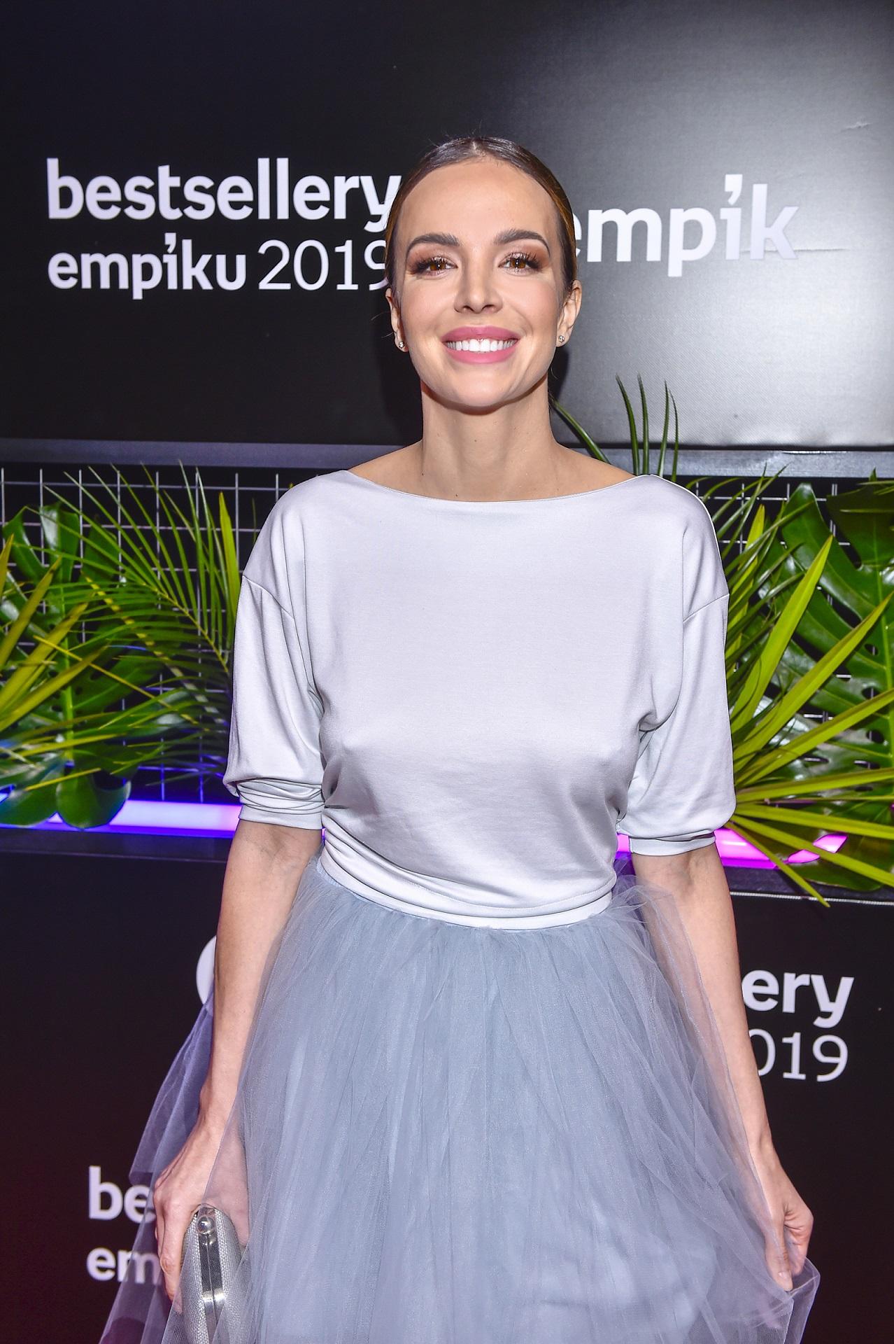 Anna Wendzikowska w tiulowej spódnicy na imprezie branżowej.