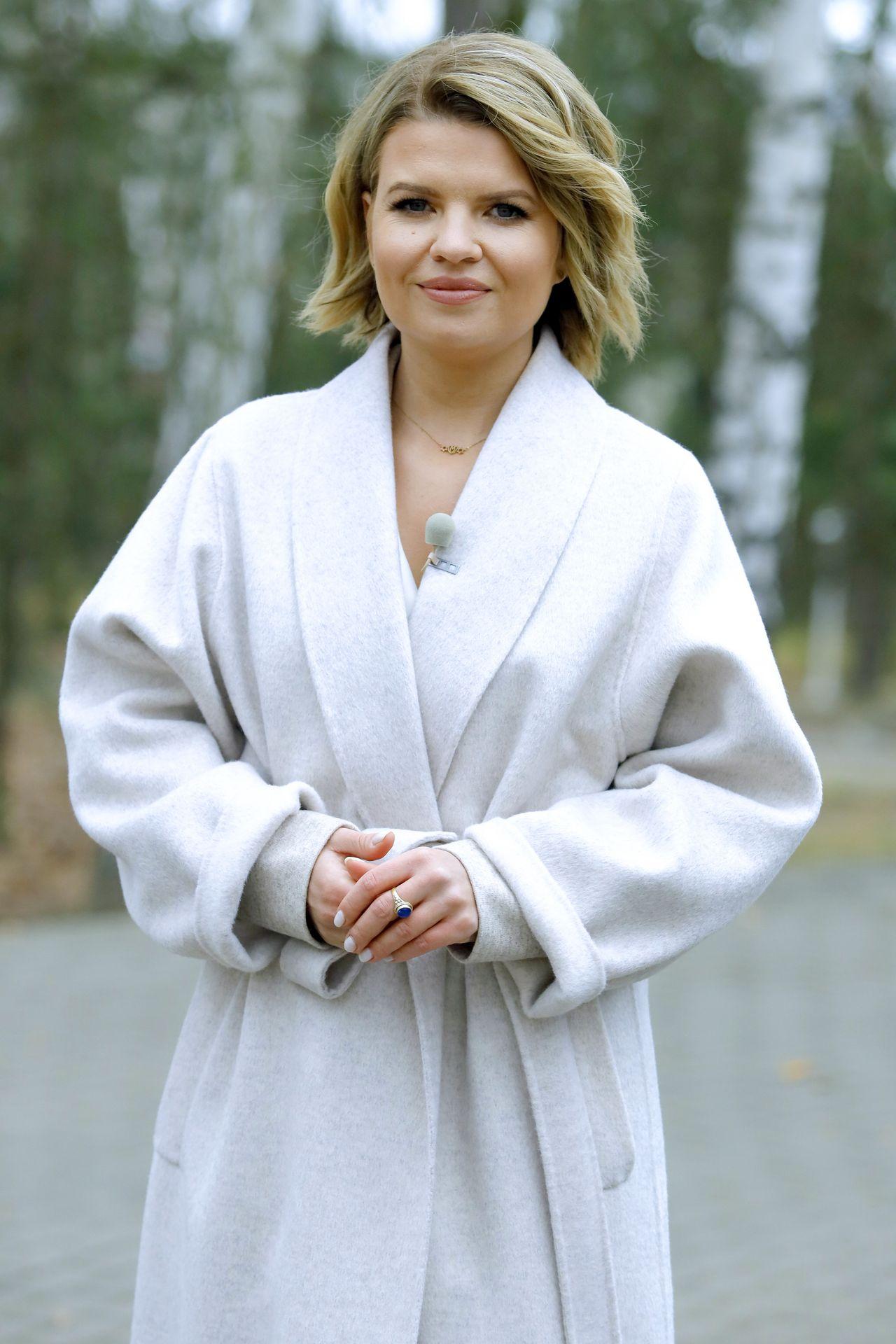 Marta Manowska w białym płaszczu