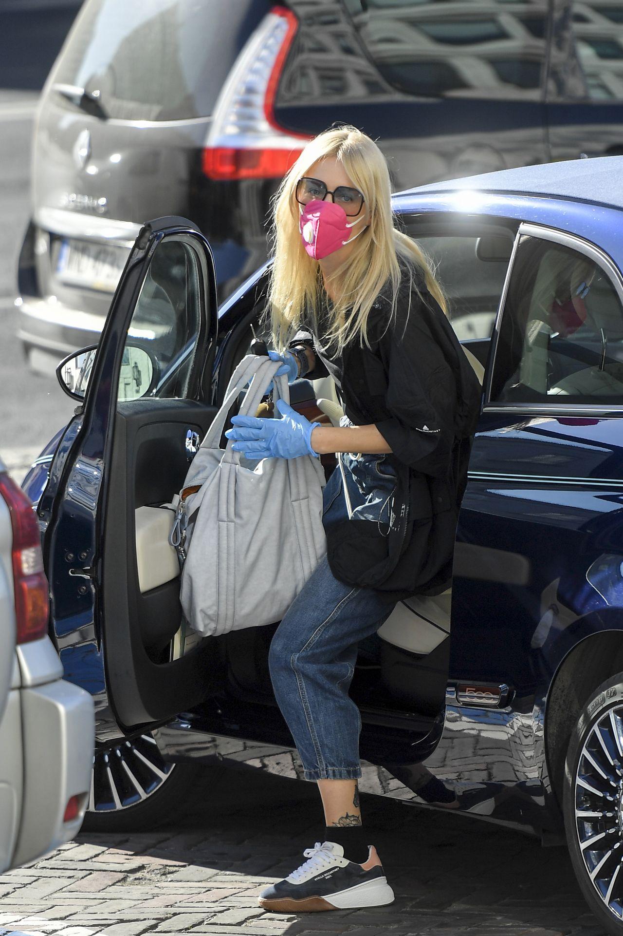 Agnieszka Woźniak-Starak wysiada z samochodu