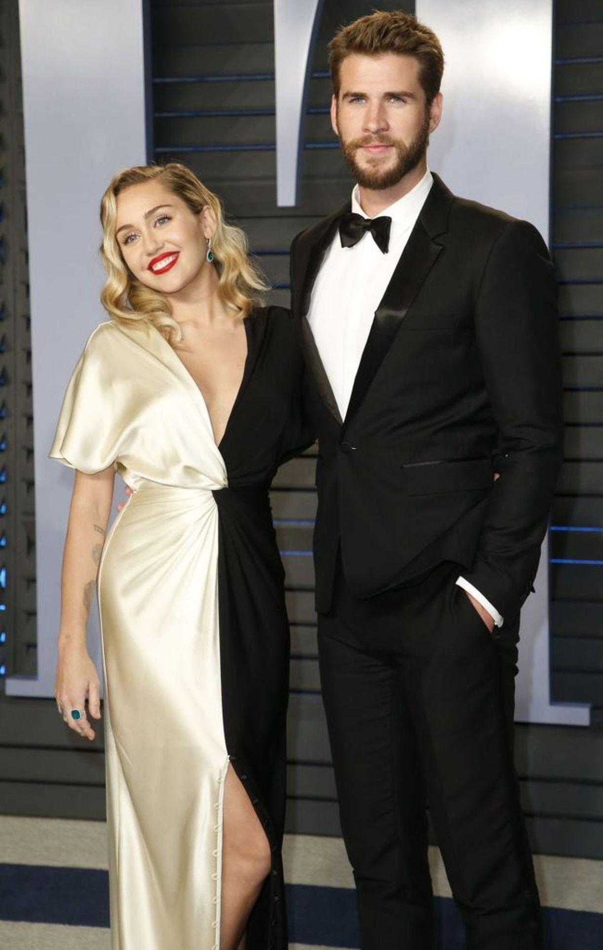 Miley Cyrus, Liam Hemsworth na ściance