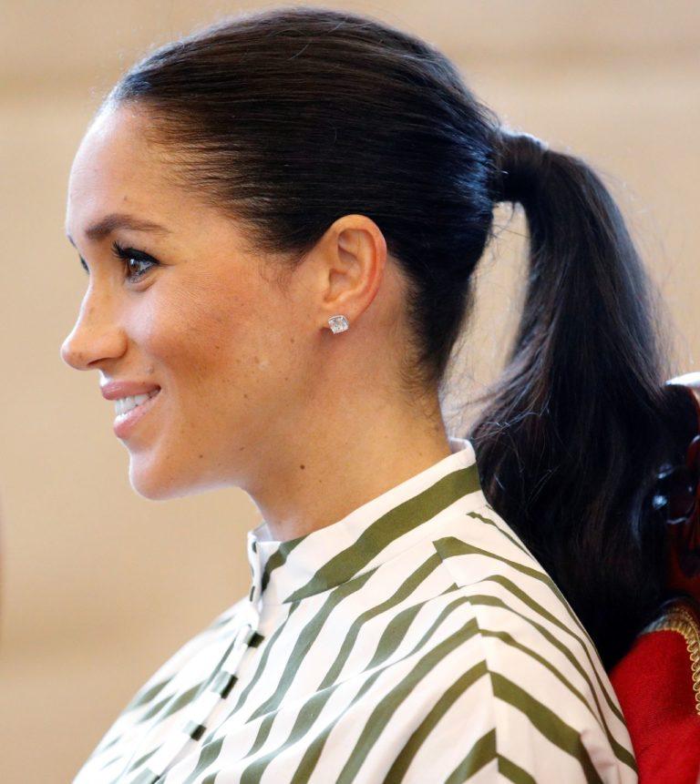 Meghan Markle w związanych włosach.
