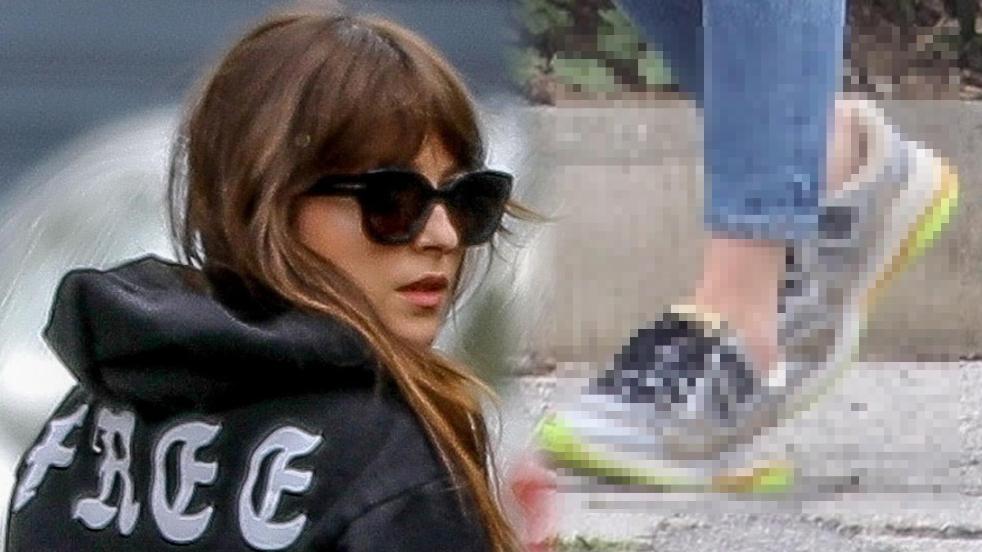 """Dakota Johnson przyłapana na ulicy. Brytyjski """"Vogue"""" docenił jej stylizacje"""