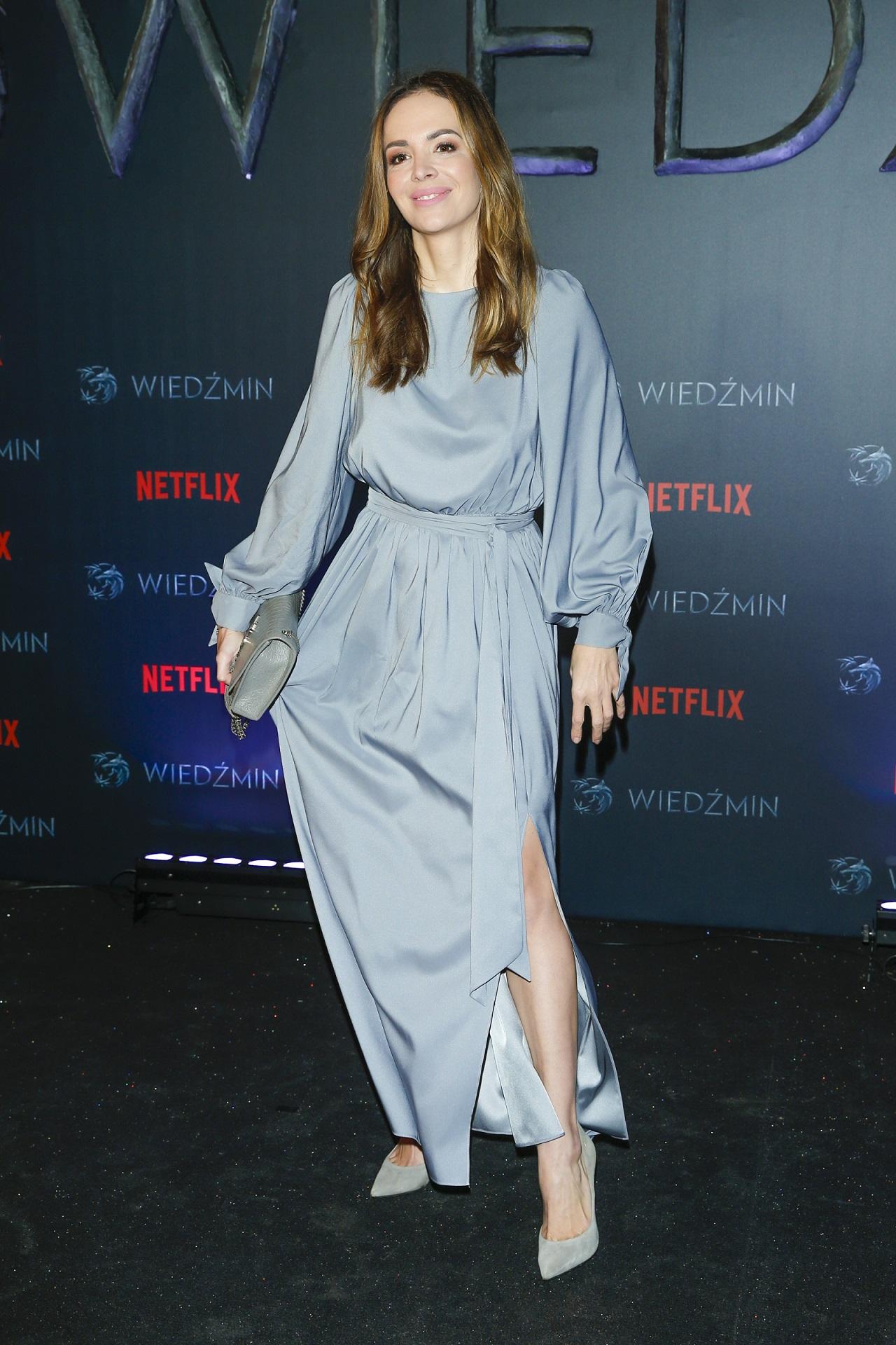 Anna Wendzikowska w niebieskiej sukience