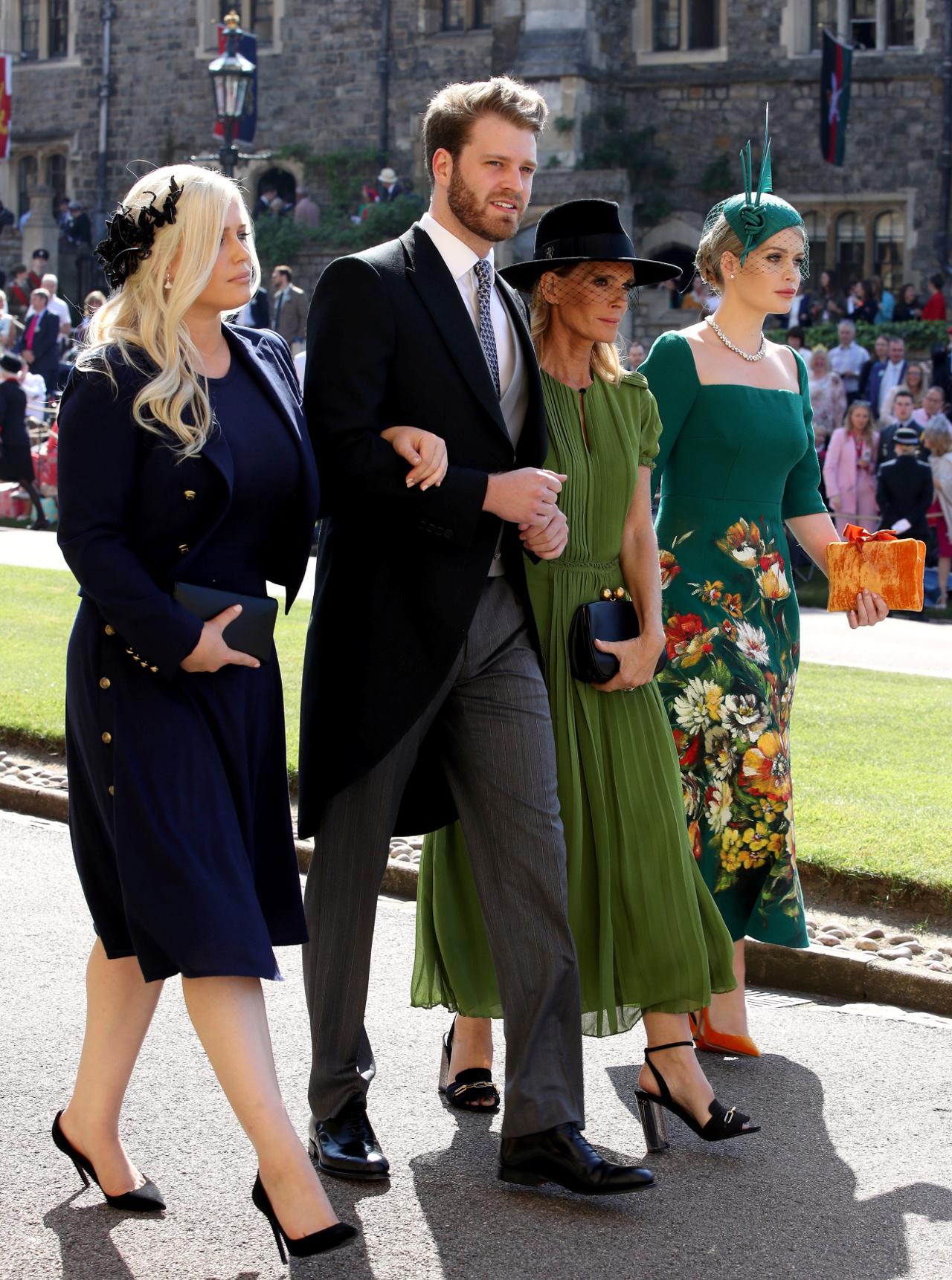 Louis Spencer w towarzystwie mamy i siostry na ślubie Meghan i Harry'ego w 2018 roku.