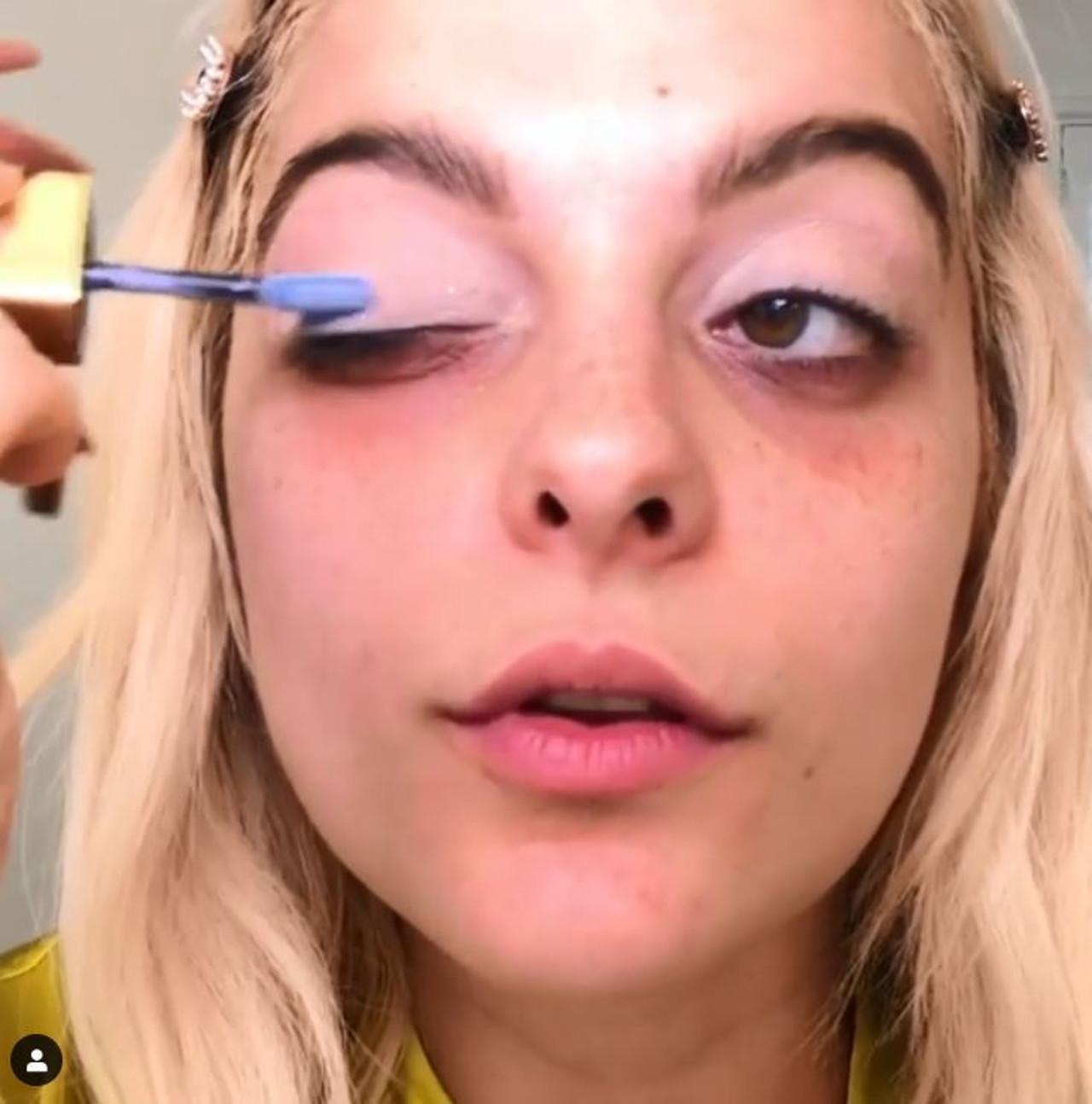 Bebe Rexha pokazuje, jak zrobić niebieski makijaż w stylu Davida Bowie.