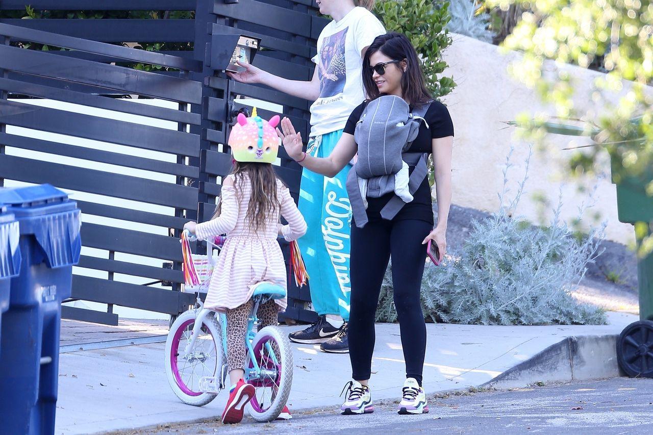 Jenna Dewan na spacerze z synem w nosidełku