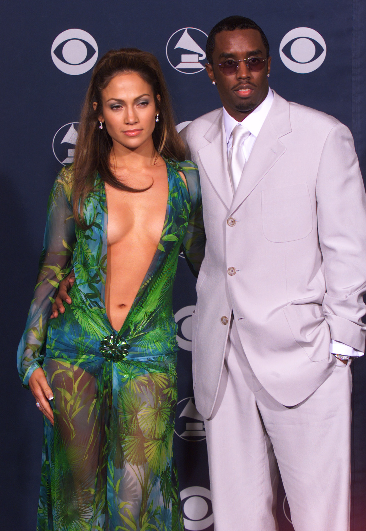 Jennifer Lopez w kultowej sukience od Versace i raper Diddy na czerwonym dywanie.