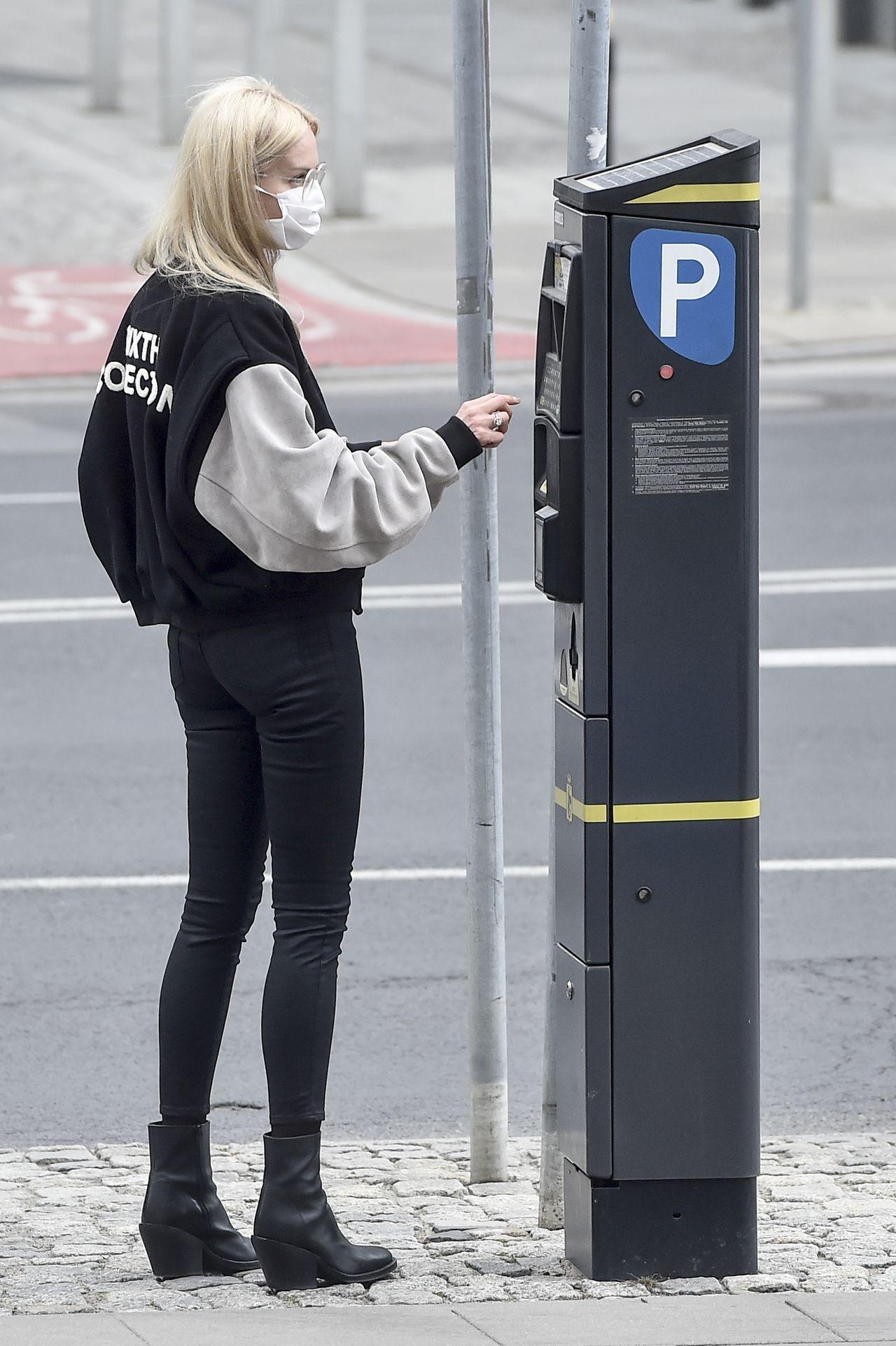 Agnieszka Woźniak-Starak przy parkomacie