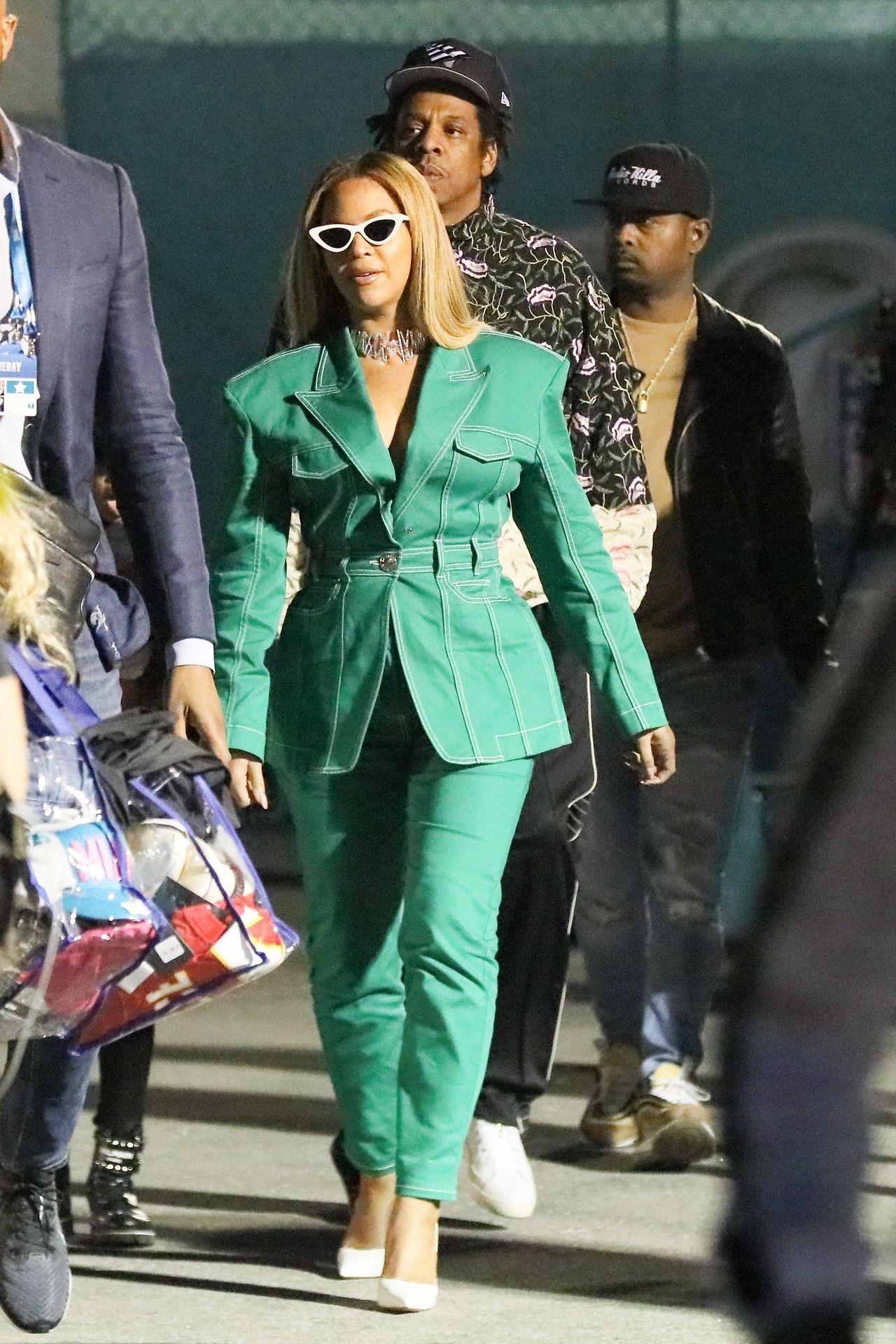 Beyonce w zielonym kombinezonie spaceruje z mężem.