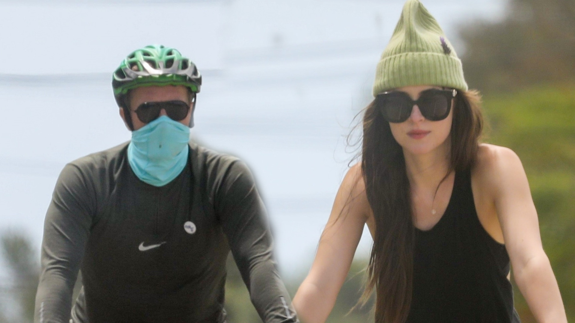 Dakota Johnson z Chrisem Martinem i jego dziećmi na wycieczce rowerowej