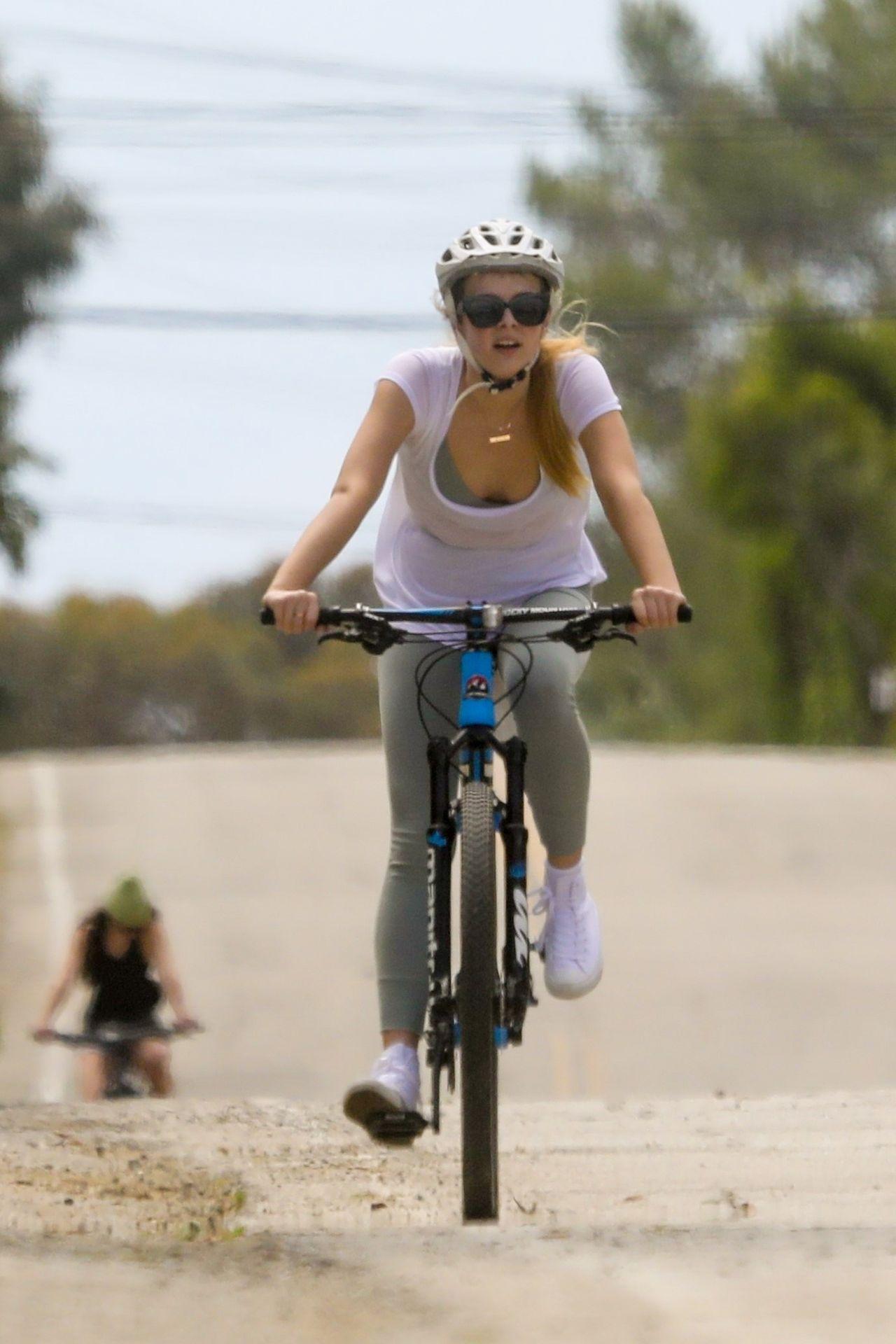 Dakota Jonhson, Chris Martin z dziećmi na rowerach