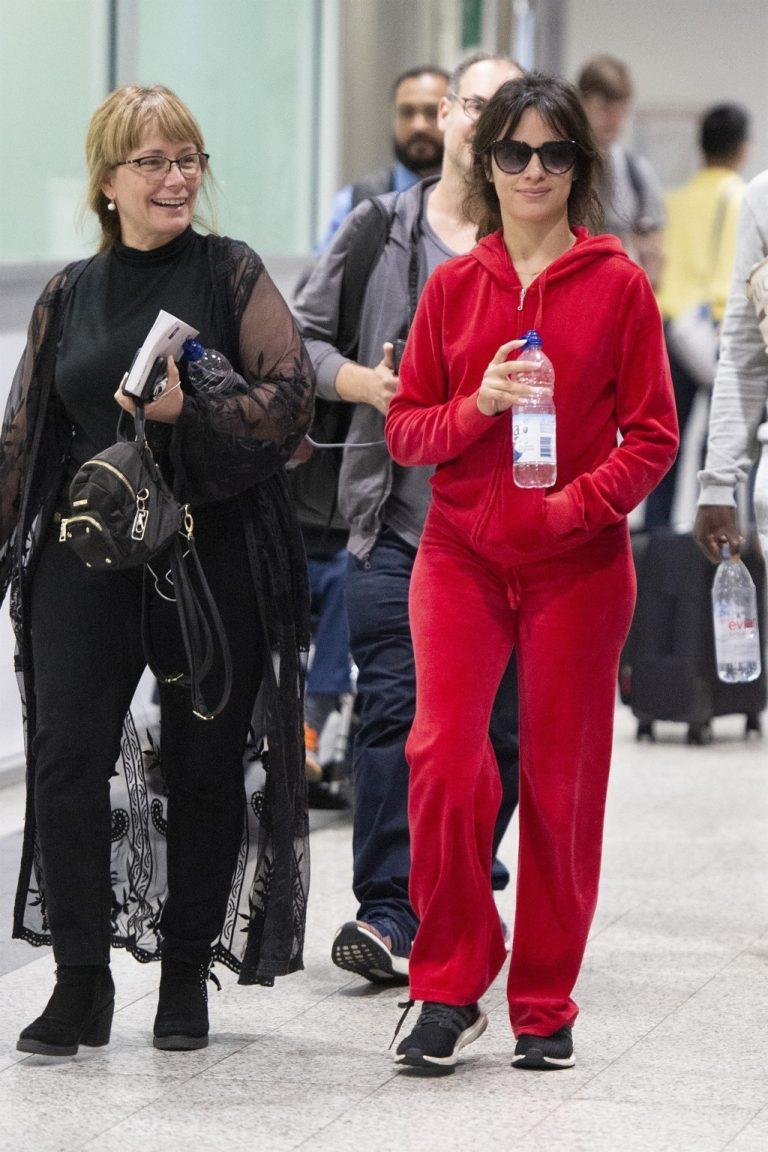 Camila Cabello z mamą na lotnisku.